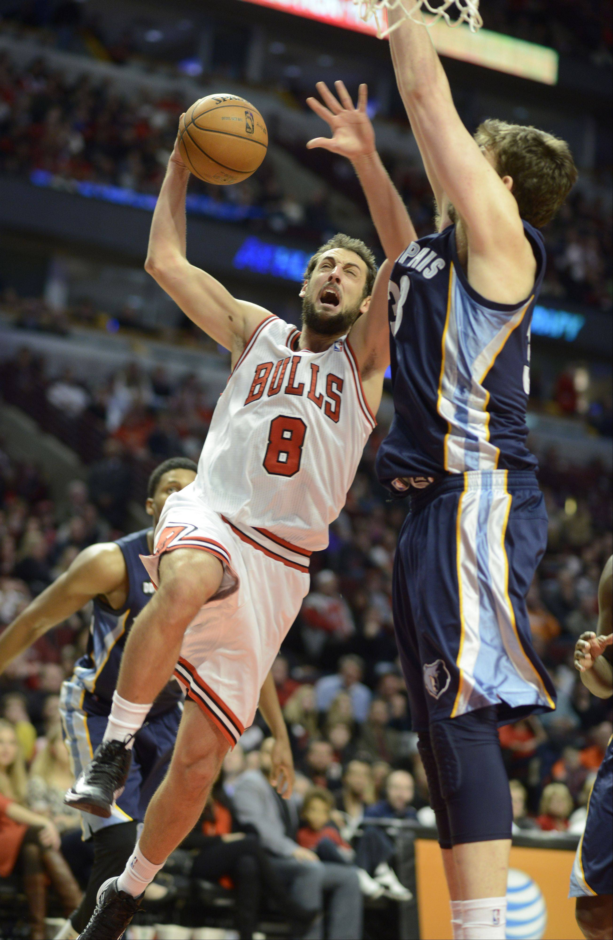 Marco Belinelli of the of the Bulls drives hard to the basket against Marc Gasol of the Grizzlies during Saturday�s game.