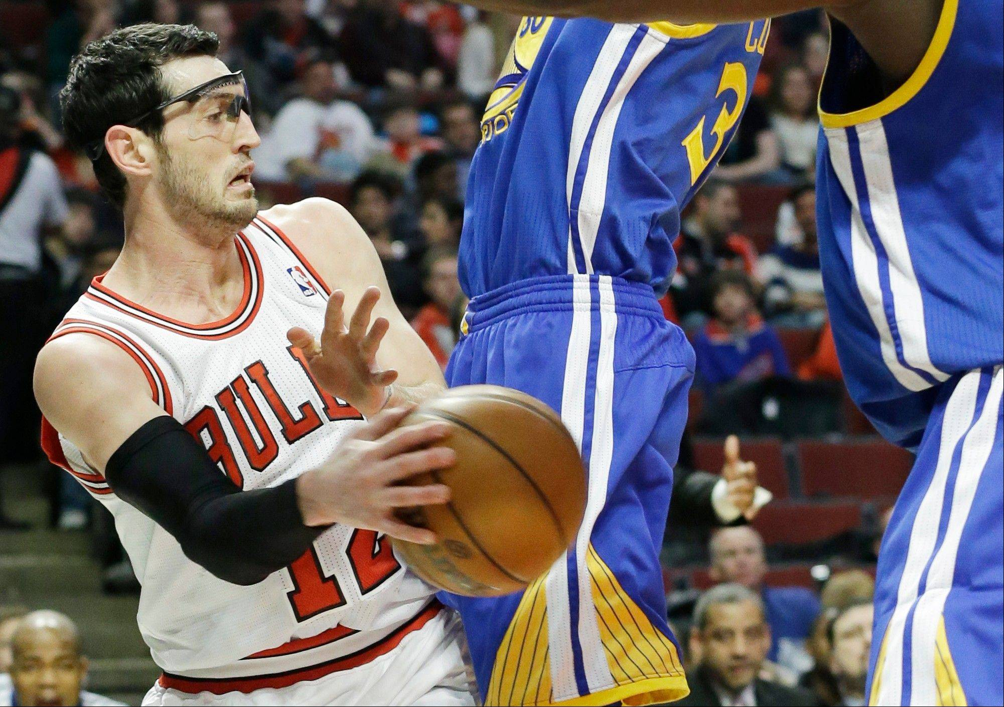 Kirk Hinrich scored a season-high 25 points, hitting six of seven three-pointers in the Bulls' 103-87 victory over the Golden State Warriors on Friday night.