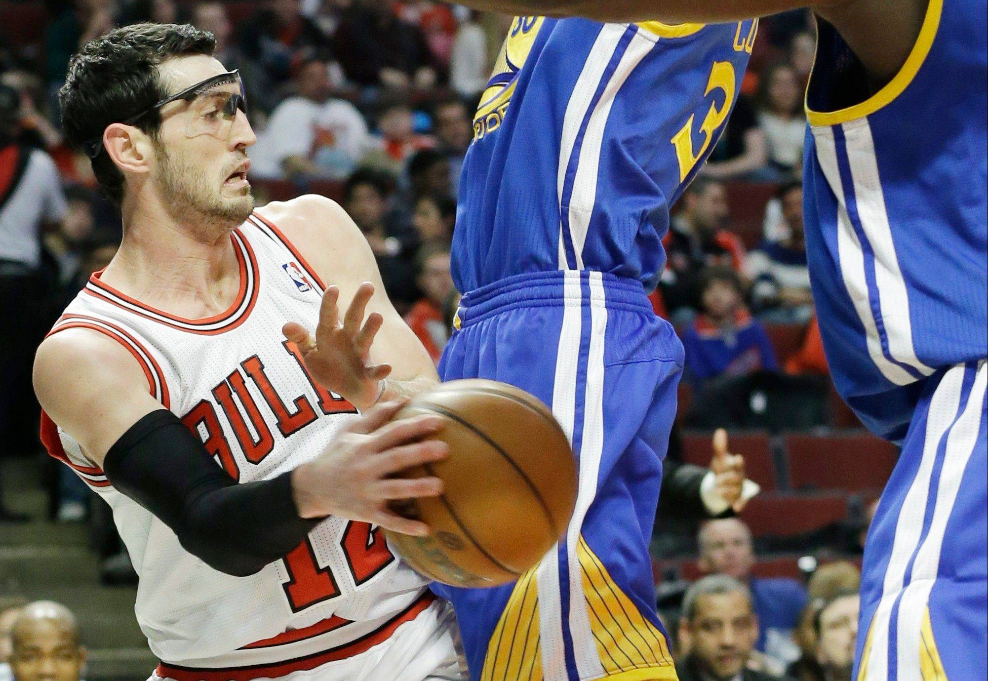 Kirk Hinrich passes around a double team during the Bulls' victory over Golden State on Friday.