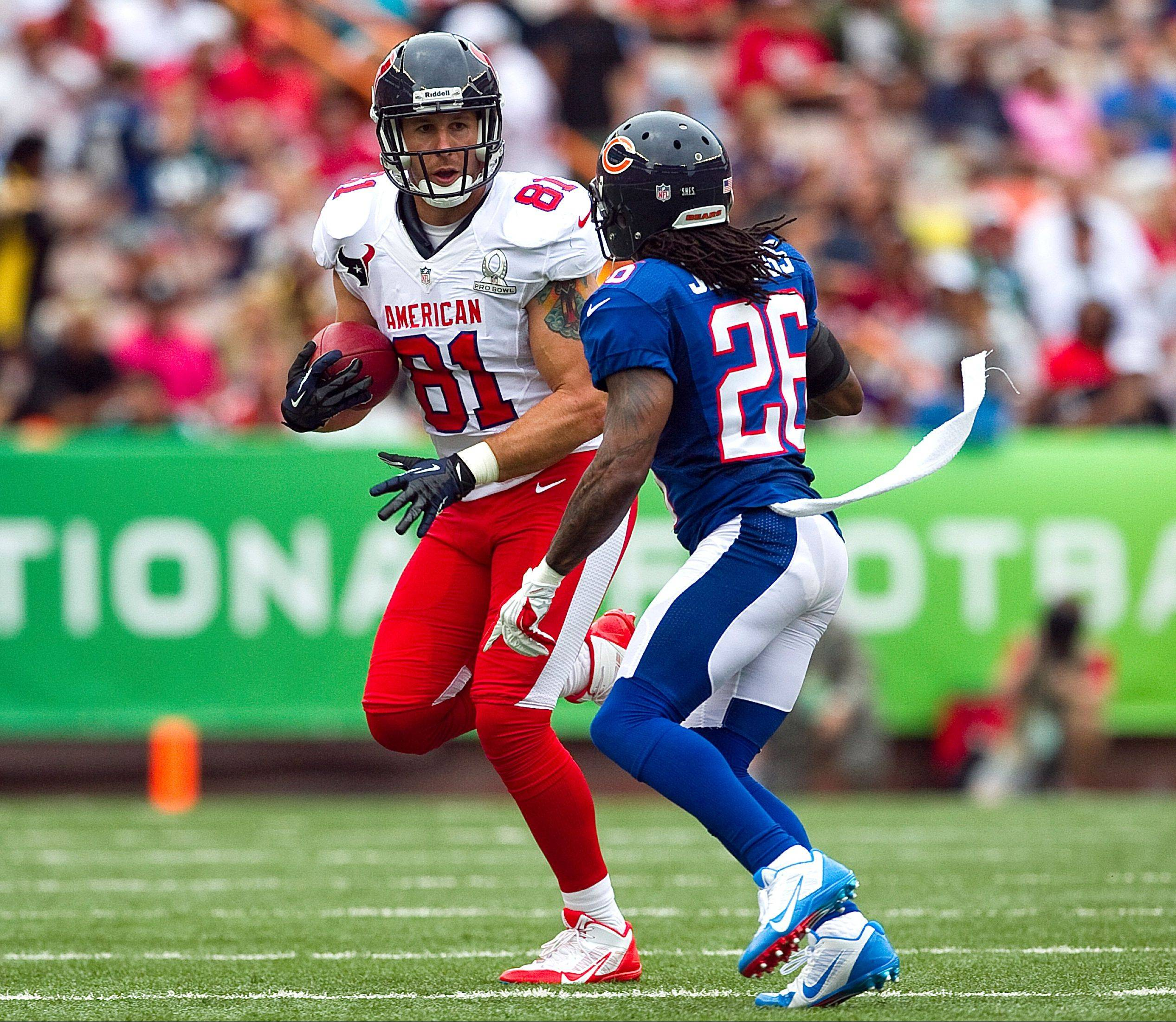 Bears cornerback Tim Jennings, right, of the NFC closes in on Houston Texans tight end Owen Daniels of the AFC in the third quarter of Sunday's Pro Bowl in Honolulu.