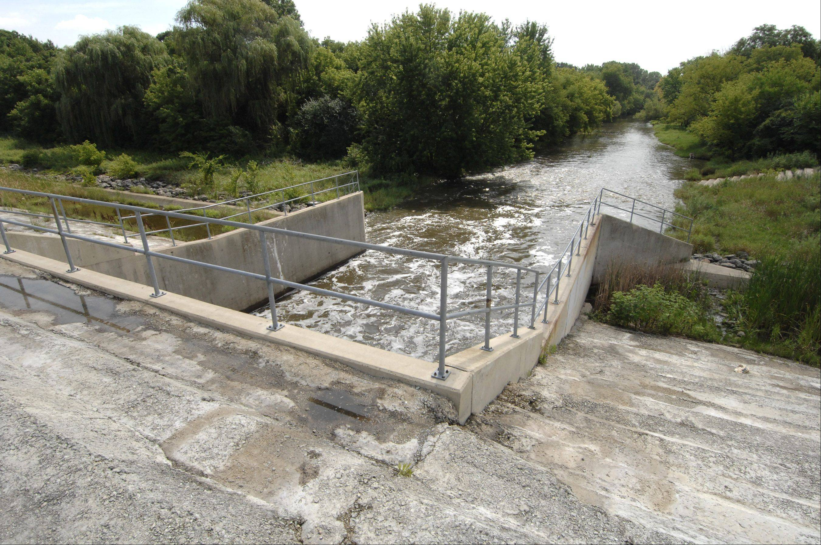 The candidates in Warrenville's mayoral race have differing views on whether Fawell Dam near Naperville should be removed to address flooding problems upstream in Warrenville.