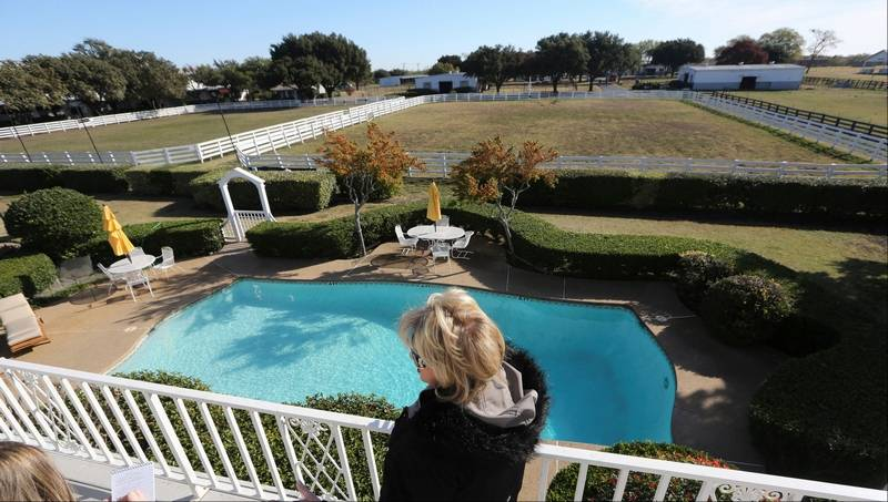 Southfork ranch draws 39 dallas 39 fans old and new for Pool show dallas