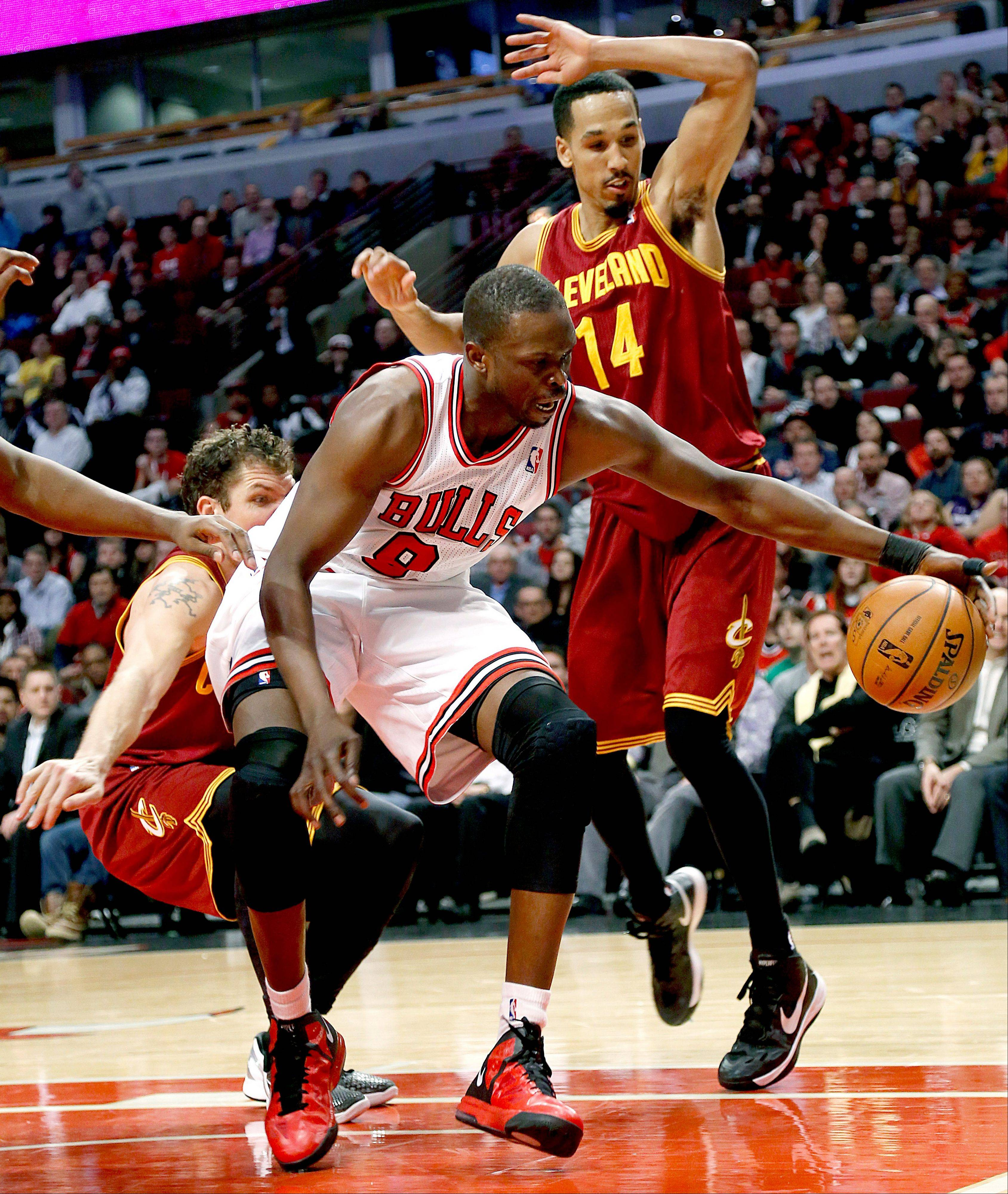 The Bulls' Luol Deng keeps the ball inbounds despite pressure from the Cavaliers' Shaun Livingston (14) in the fourth quarter Tuesday night.