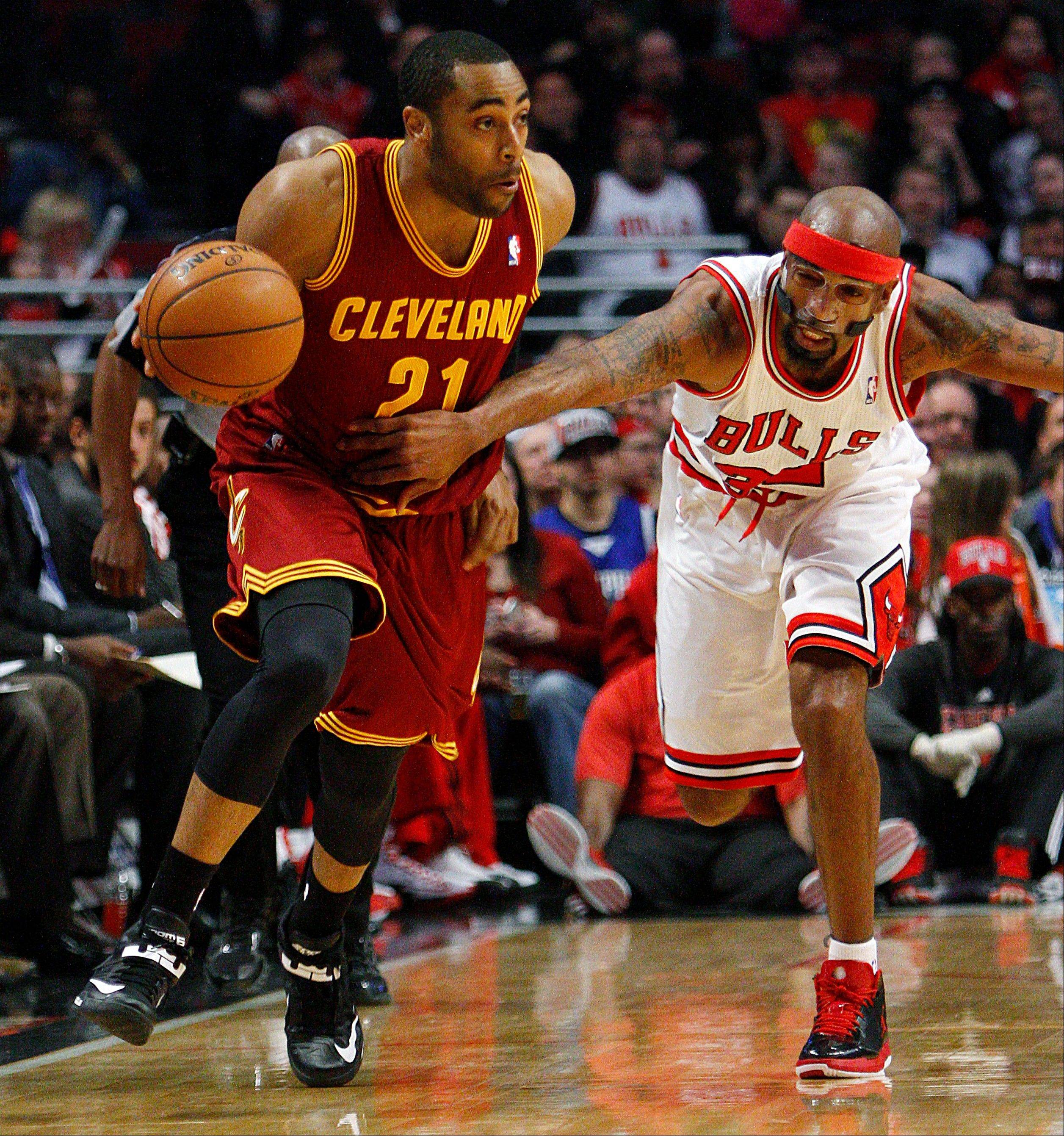 Chicago Bulls' Richard Hamilton, right, grabs the jersey of Cleveland Cavaliers' Wayne Ellington to stop him from a fast break during the first quarter of their NBA basketball game, Tuesday, Feb. 26, 2013, in Chicago.