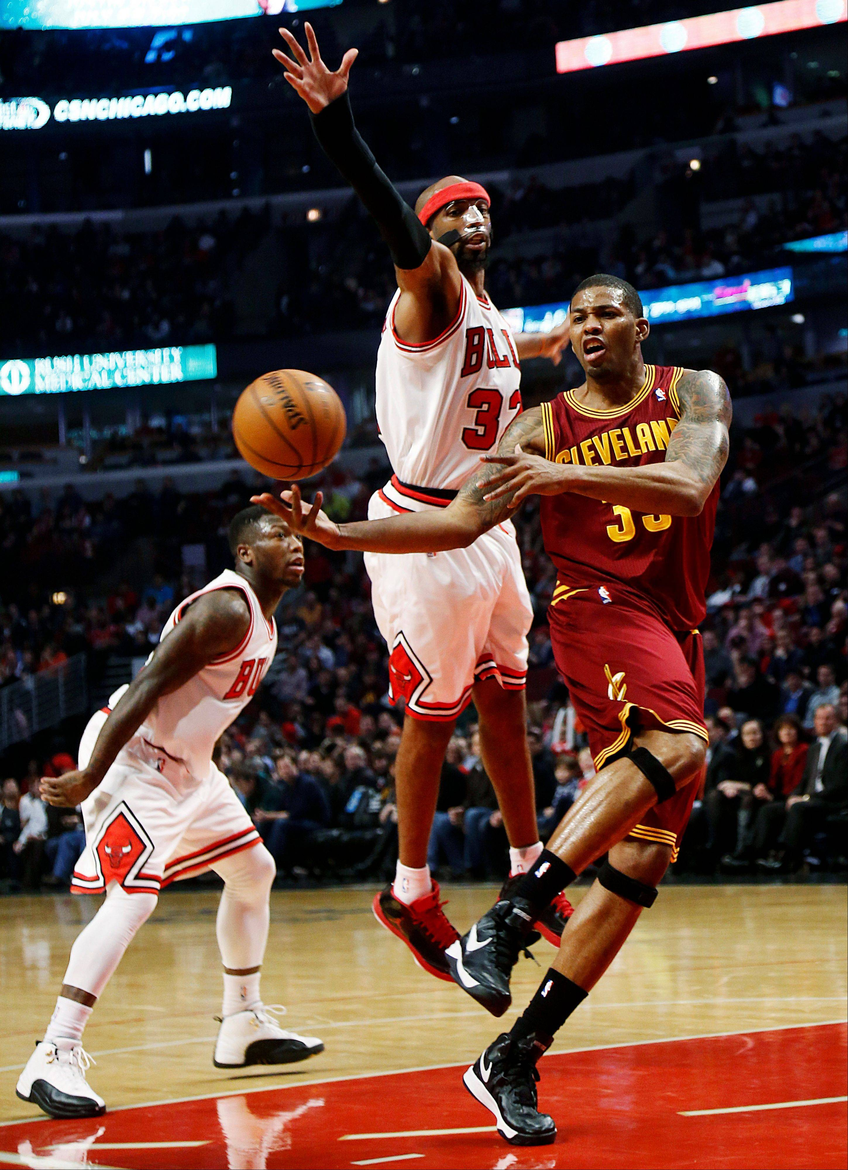 Cleveland Cavaliers' Alonzo Gee, right, makes a pass while being defended by Chicago Bulls' Richard Hamilton during the second quarter of their NBA basketball game, Tuesday, Feb. 26, 2013, in Chicago.