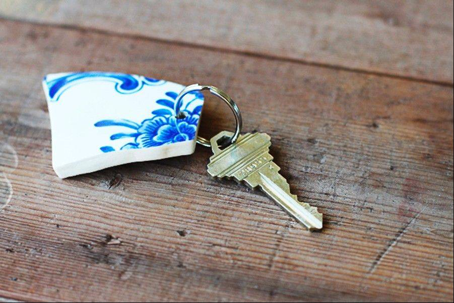 LilBlueBoo.com shows the final result of a project making a key chain made out of broken china.