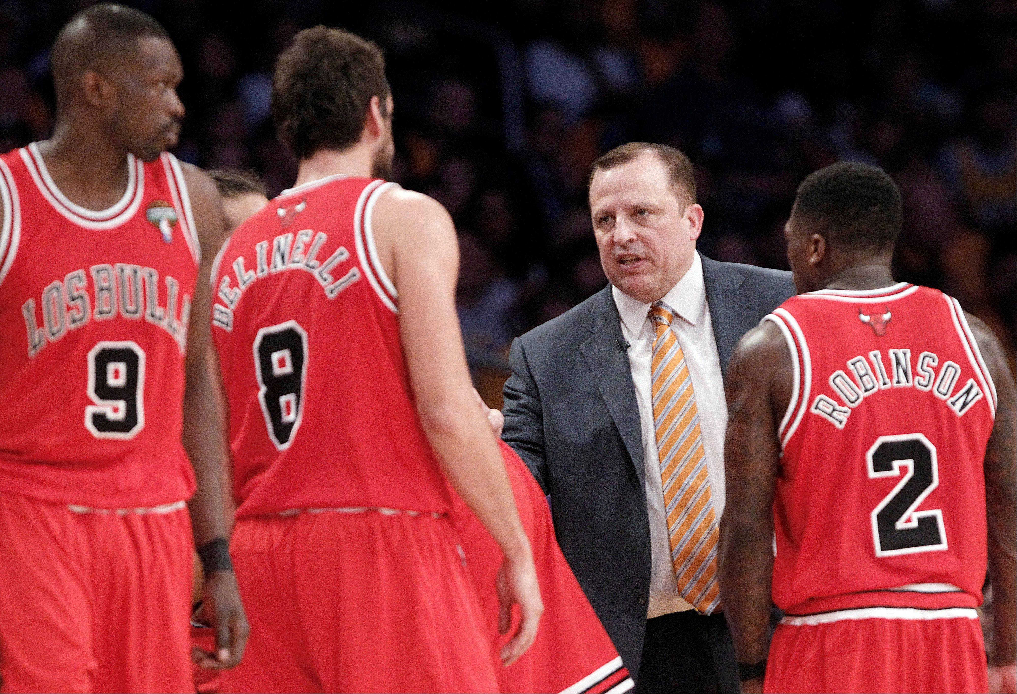 Bulls coach Tom Thibodeau talks with forward Luol Deng, from left, guard Marco Belinelli and guard Nate Robinson during Sunday's loss to the Lakers in Los Angeles.