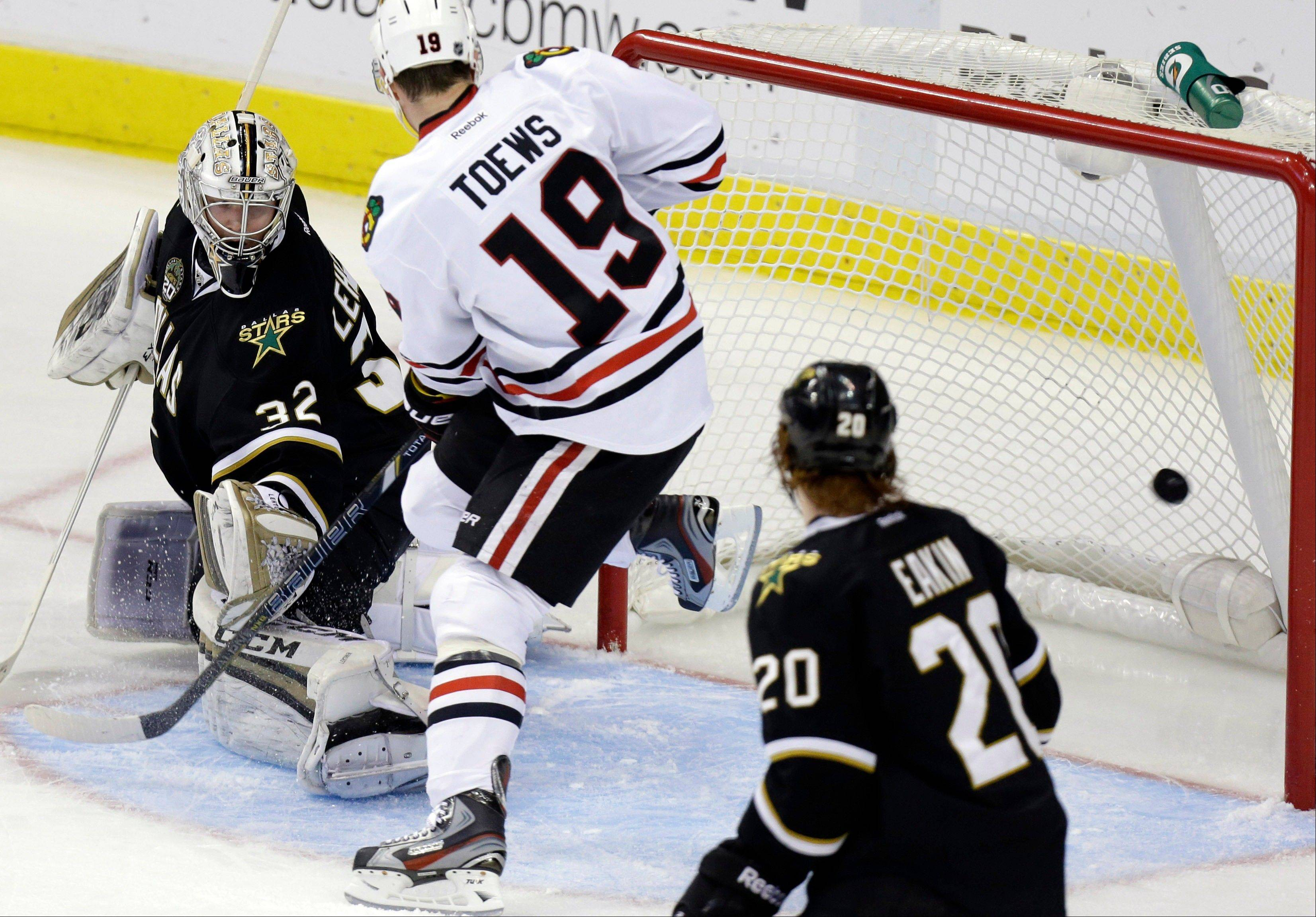 Jonathan Toews scores a goal against Stars goalie Kari Lehtonen on Saturday night. Toews and Marian Hossa each had 2 goals in the rout.