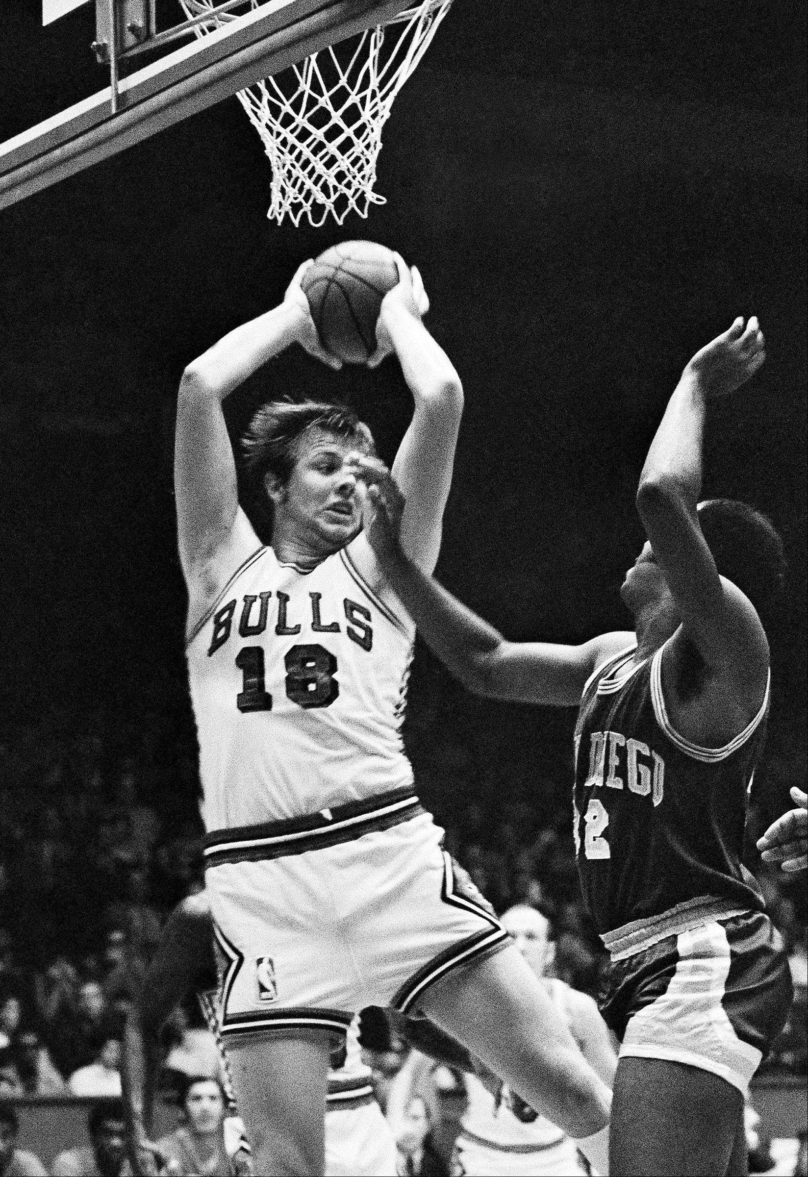 In this Oct. 13, 1970 file photo, Chicago Bulls� Tom Boerwinkle (18) grabs a rebound against San Diego Rockets� Don Adams (32) during an NBA basketball game in Chicago. Boerwinkle, who played 10 seasons with the Bulls, died Tuesday, March 26, 2013, at age 67.