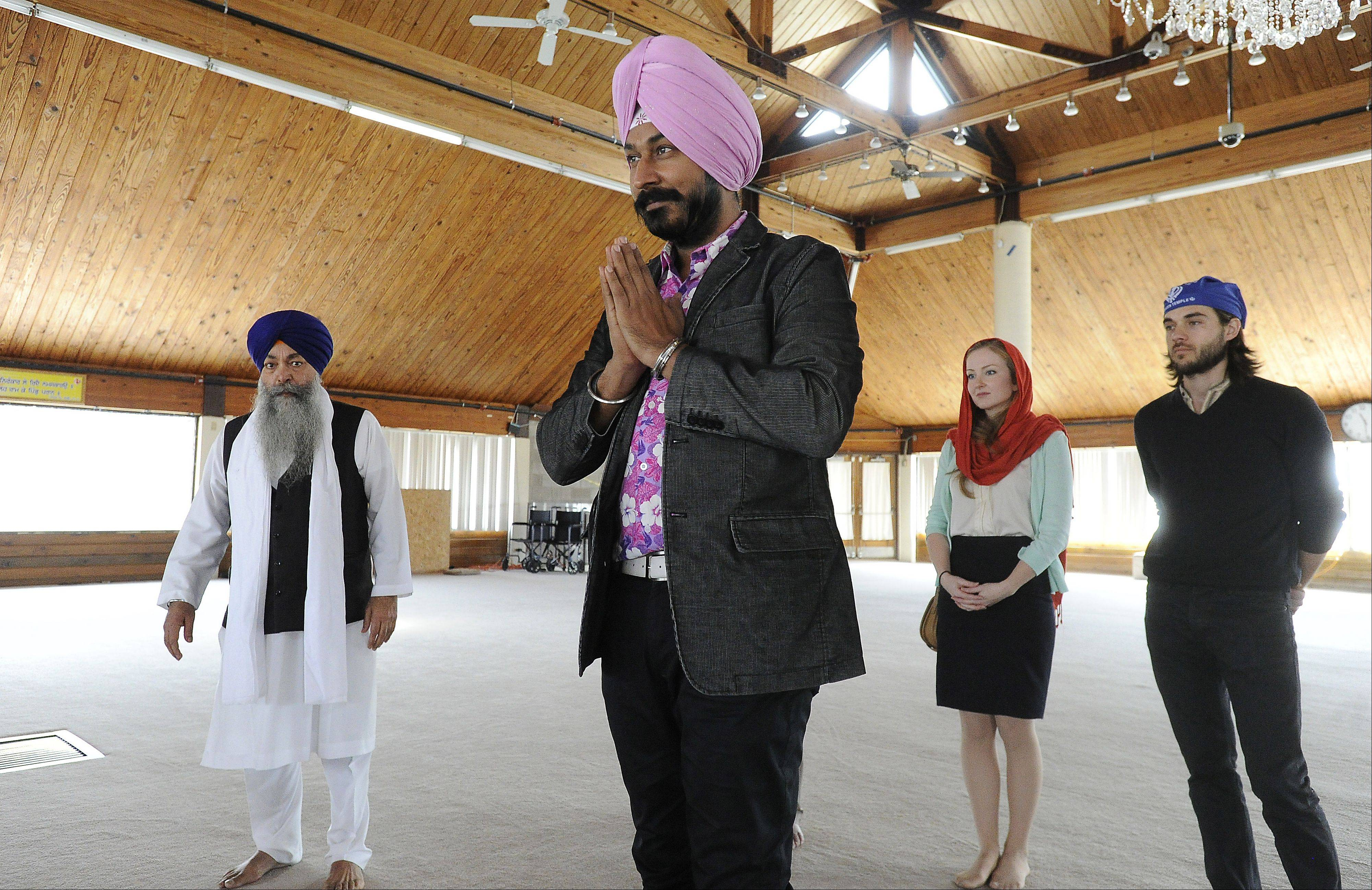 Gurucharan Singh, who starred in a popular Indian sitcom, prays with former co-star Kari Irwin and friend Scott Footer, both of Palatine, and Priest Gursant Singh Khalsa at the Sikh Religious Society Temple in Palatine.