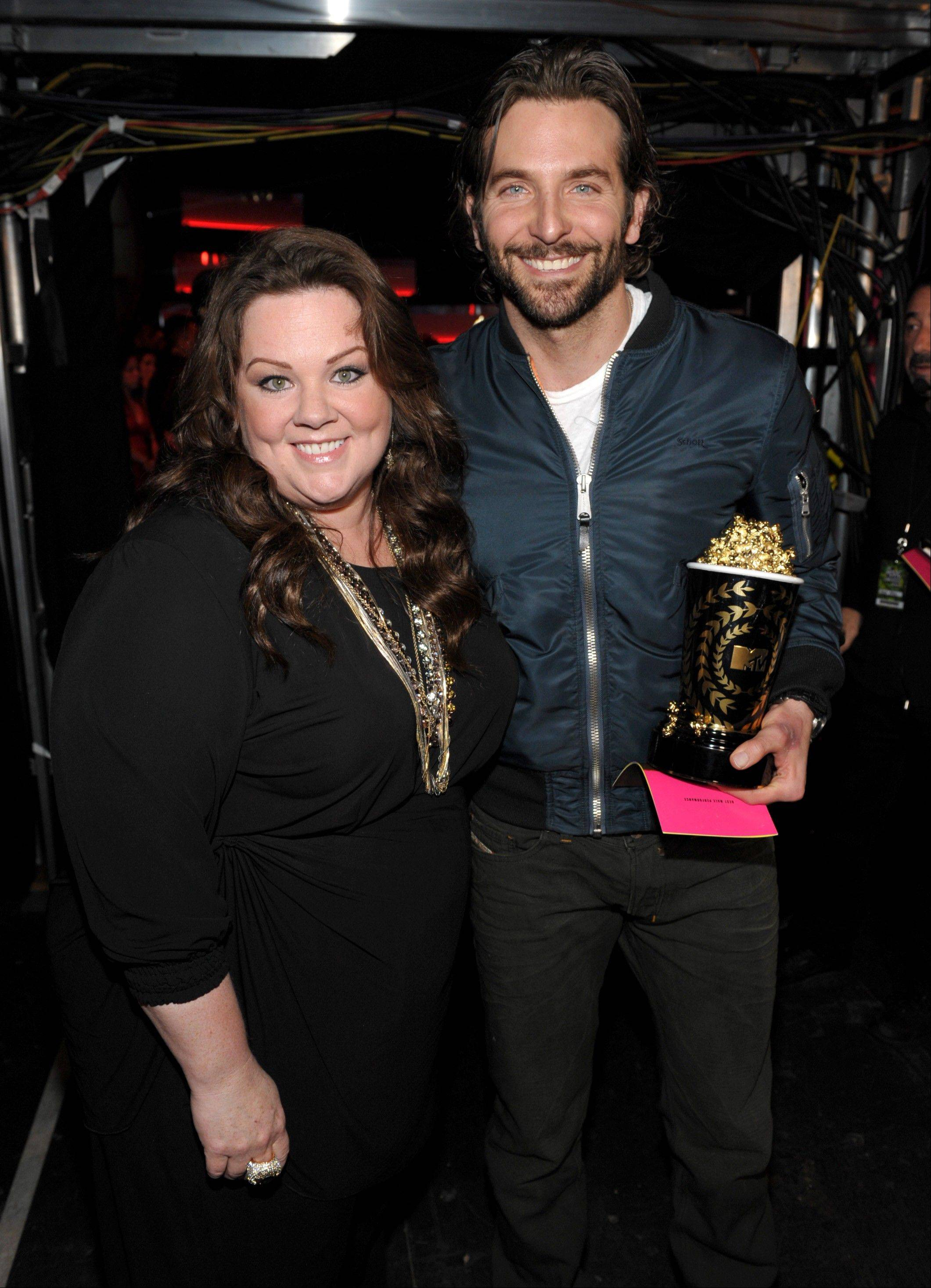 "IMAGE DISTRIBUTED FOR MTV - Actors Melissa McCarthy and Bradley Cooper winner of the award for best male performance for ""Silver Ling Playbook"" backstage at the MTV Movie Awards in Sony Pictures Studio Lot in Culver City, Calif., on Sunday April 14, 2013. (Photo by John Shearer/Invision for MTV/AP Images)"