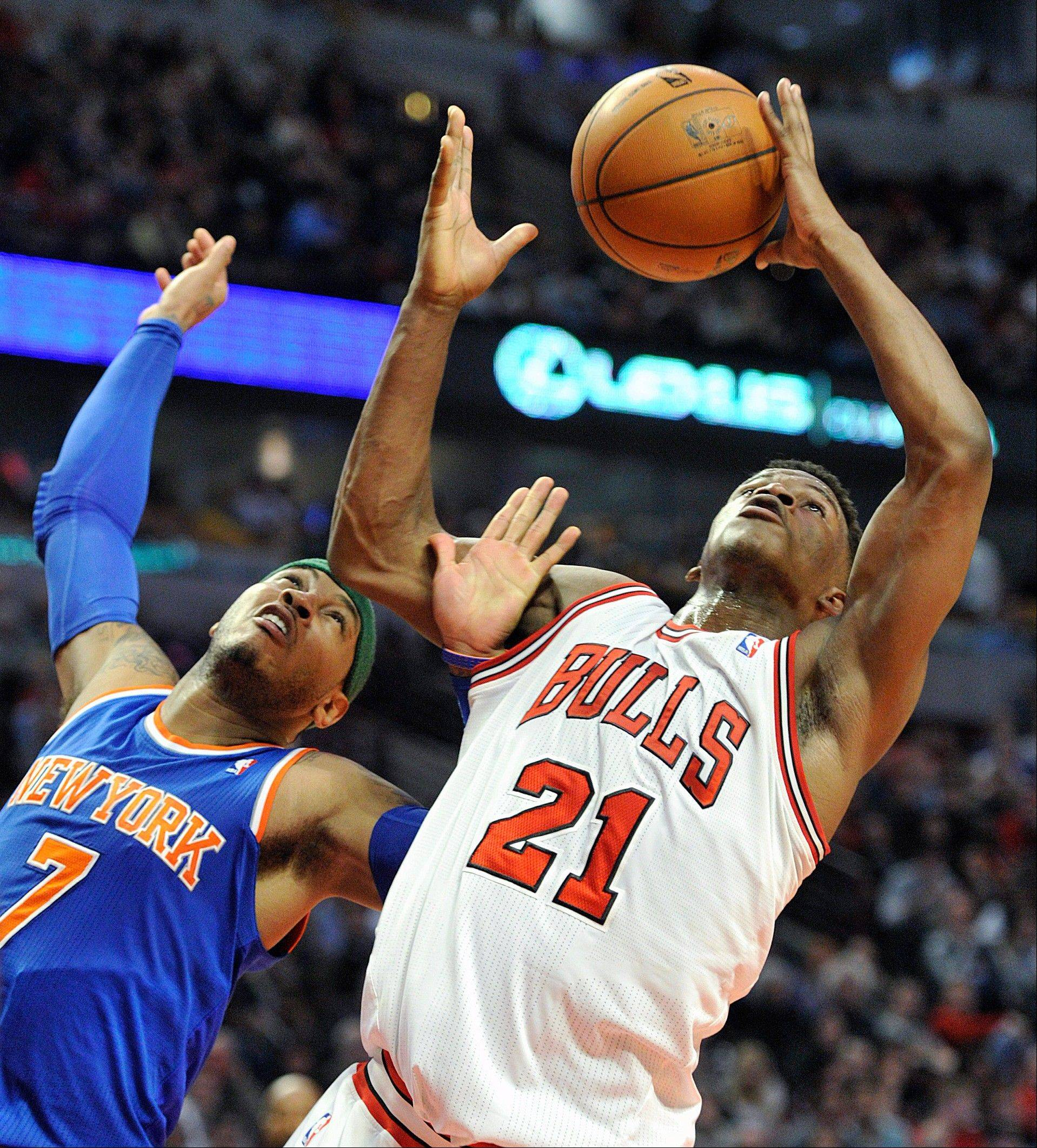 New York Knicks' Carmelo Anthony (7) and Chicago Bulls' Jimmy Butler battle for a rebound last Thursday at the United Center.