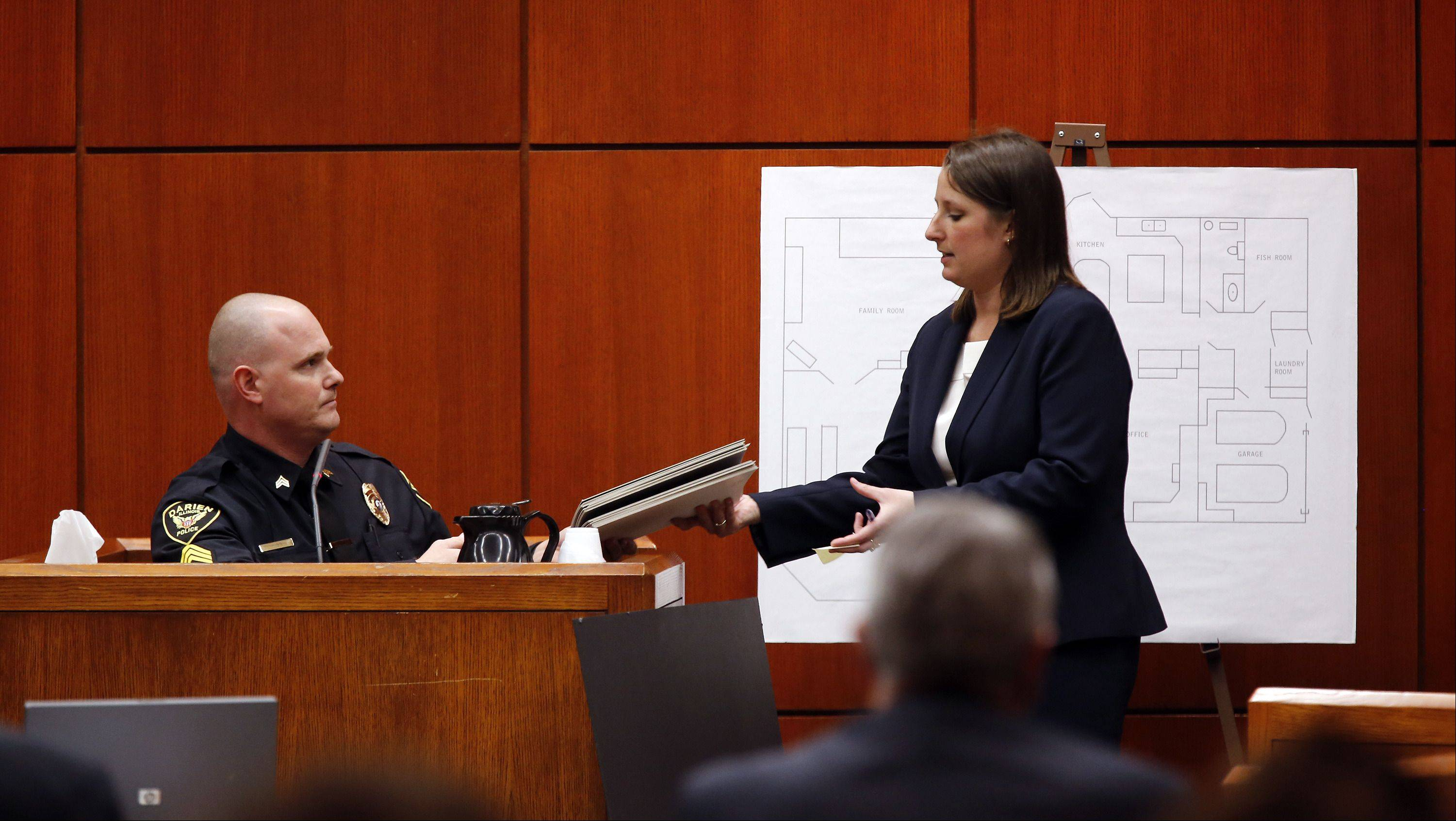 POOL/Chicago Tribune, Chuck BermanDarien police Sgt. Steve Liss, left, hands back photos he was asked to look at by DuPage County Assistant State's Attorney Amanda Meindl on Wednesday during the Johnny Borizov trial in Wheaton.