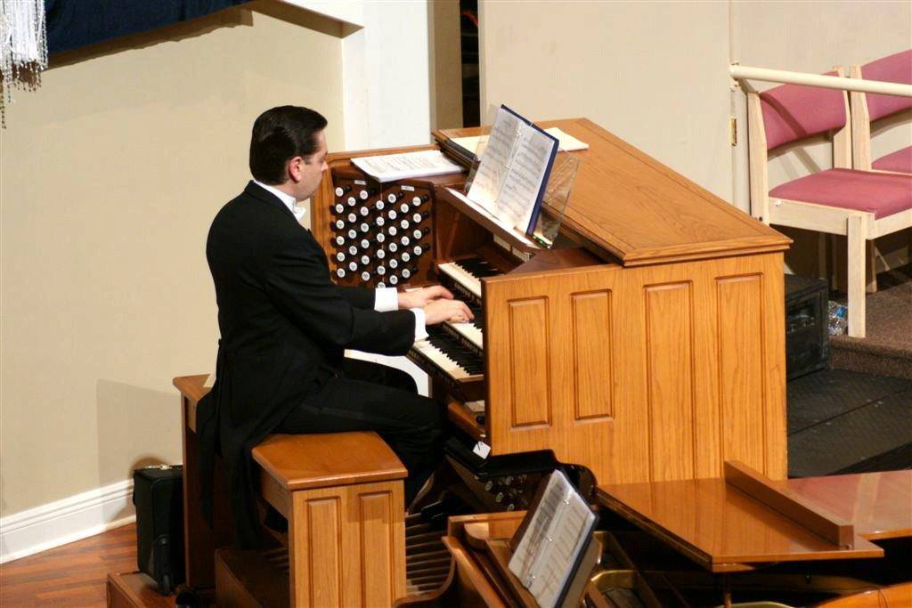 Samuel Metzger performing at a Hymn Festival in Florida.