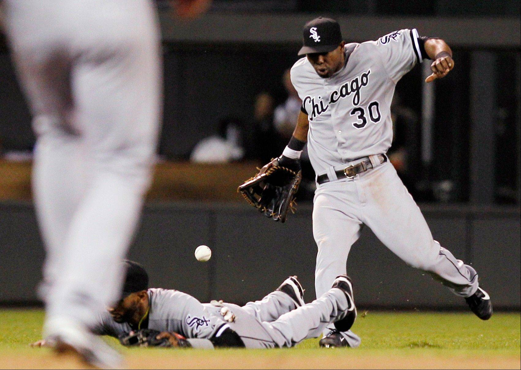 White Sox center fielder Alejandro De Aza (30) and Alexei Ramirez fail to come up with a pop fly against the Twins in the eighth inning.