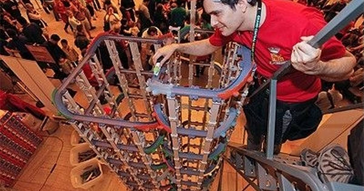 oak brooks tomy sets world record for tallest toy train track