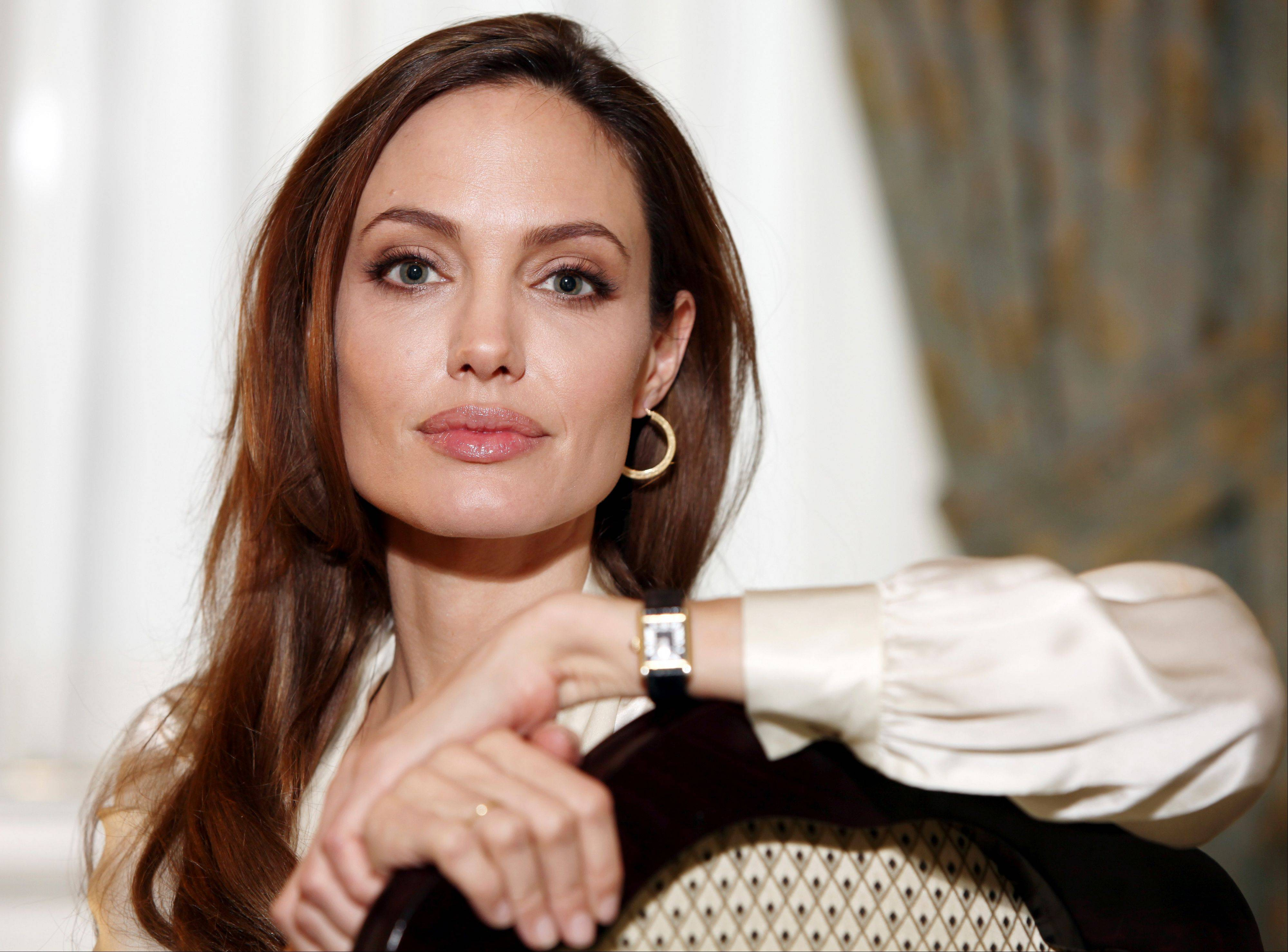 Actress Angelina Jolie has revealed that in April she finished three months of surgical procedures to remove both breasts as a preventive measure.