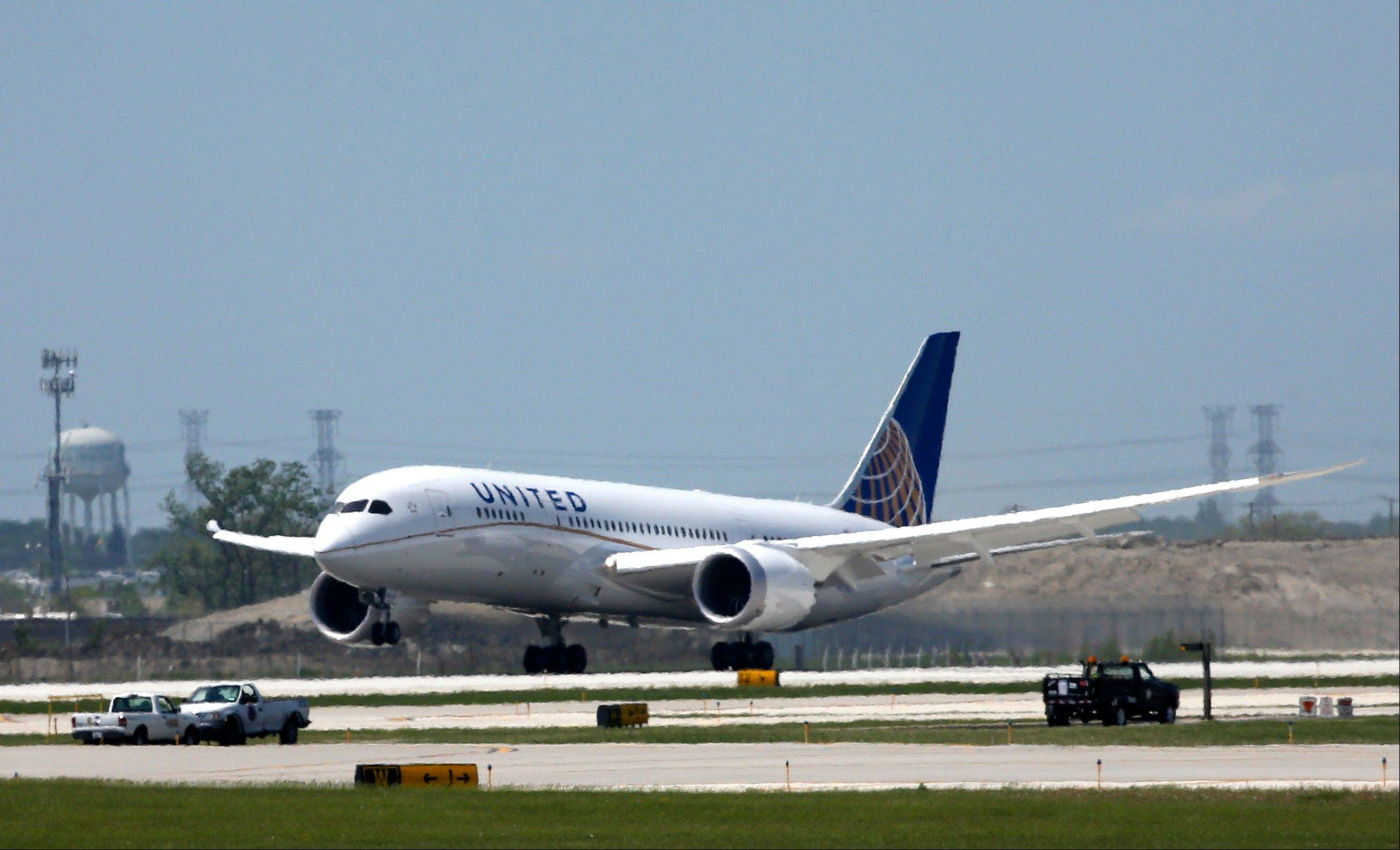 A United Airlines Boeing 787 Dreamliner aircraft lands at Chicago�s O�Hare International Airport Monday. The planes are returning to the air after being grounded for four months by the federal government because of smoldering batteries on 787s owned by other airlines.