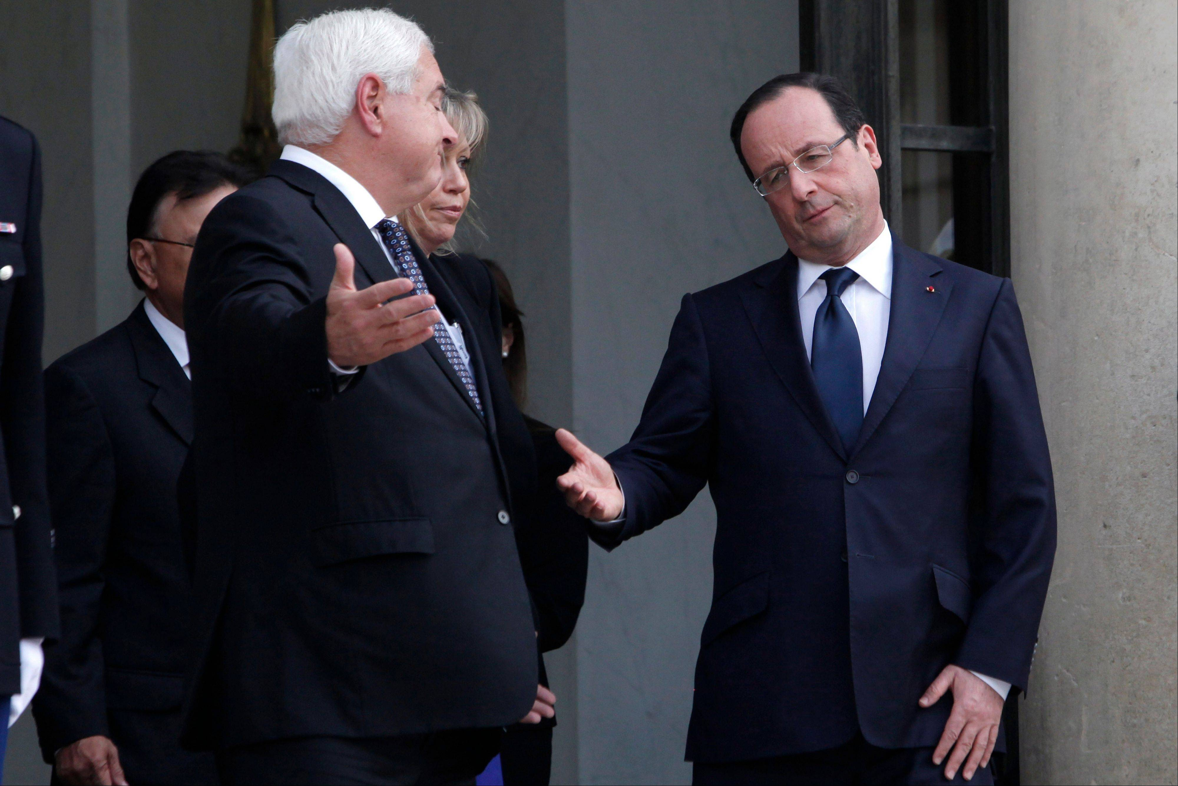 France's President Francois Hollande, right, and his Panamanian counterpart Ricardo Martinelli, left, gesture at the end of a meeting Friday, at the Elysee Palace, in Paris.