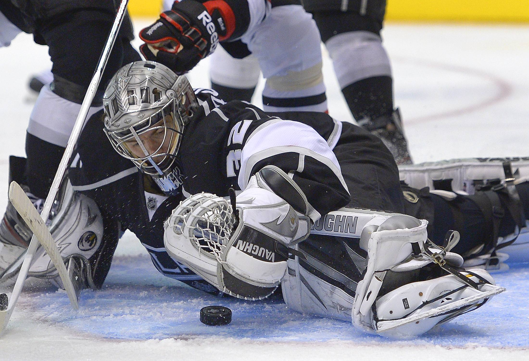 Los Angeles Kings goalie Jonathan Quick (32) smothers the puck during the third period against the Chicago Blackhawks in Game 3 of the NHL hockey Stanley Cup playoffs Western Conference finals, Tuesday, June 4, 2013, in Los Angeles.