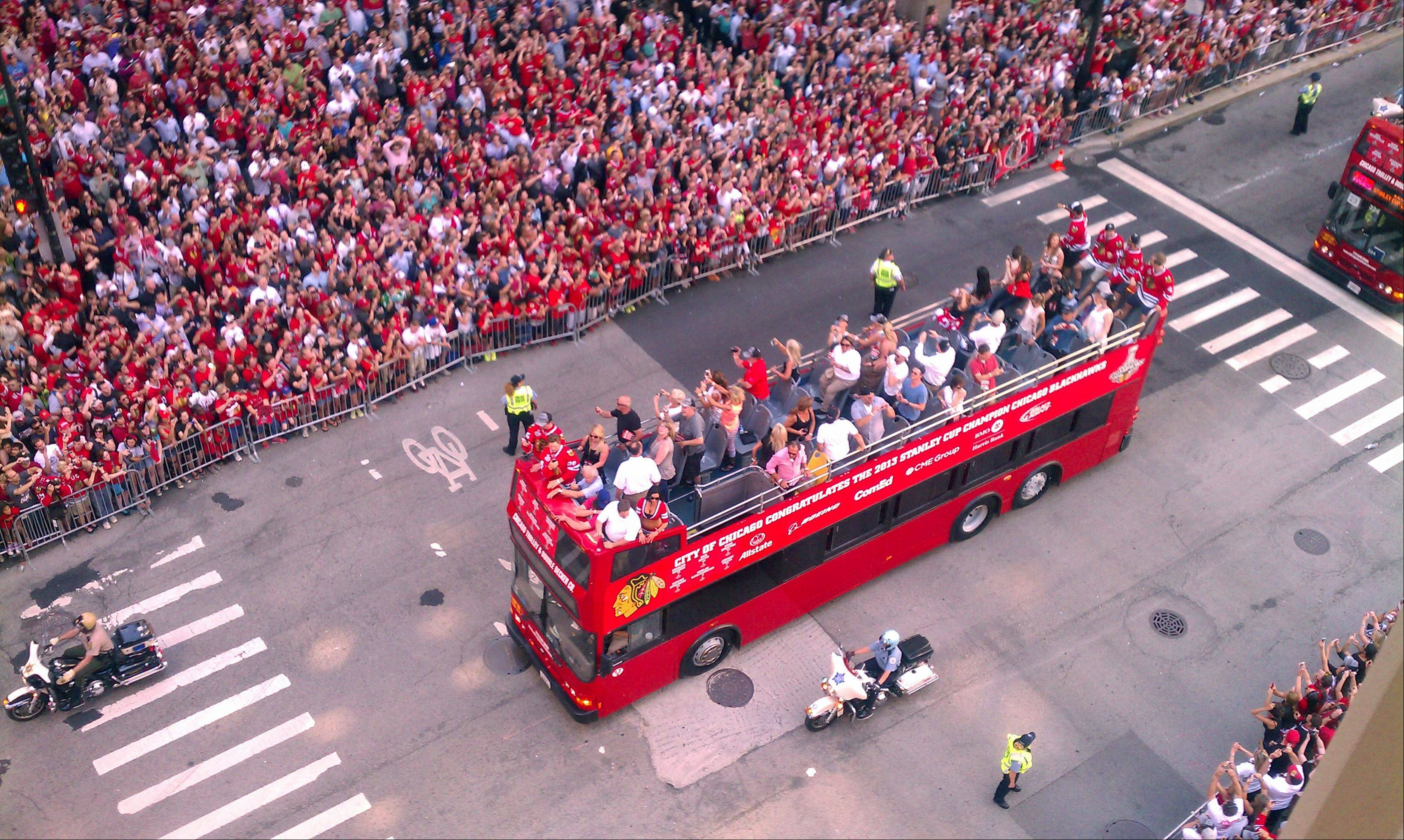 The buses full of Chicago Blackhawks players head down Washington Ave on their way to the rally in Grant Park.