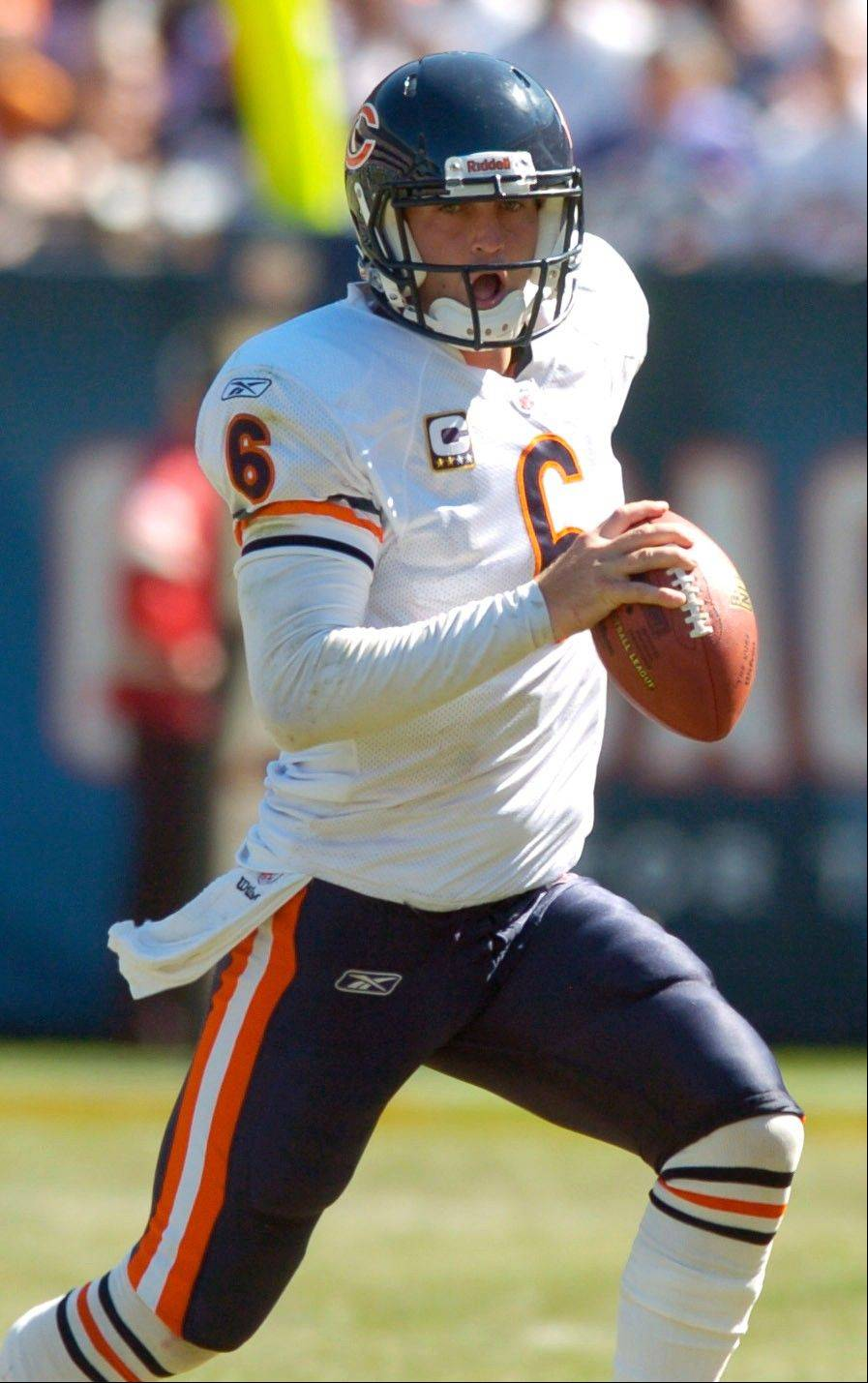 JOE LEWNARD/jlewnard@dailyherald.com � Bears quarterback Jay Cutler rushes for a five-yard gain during Sunday's game at Soldier Field.