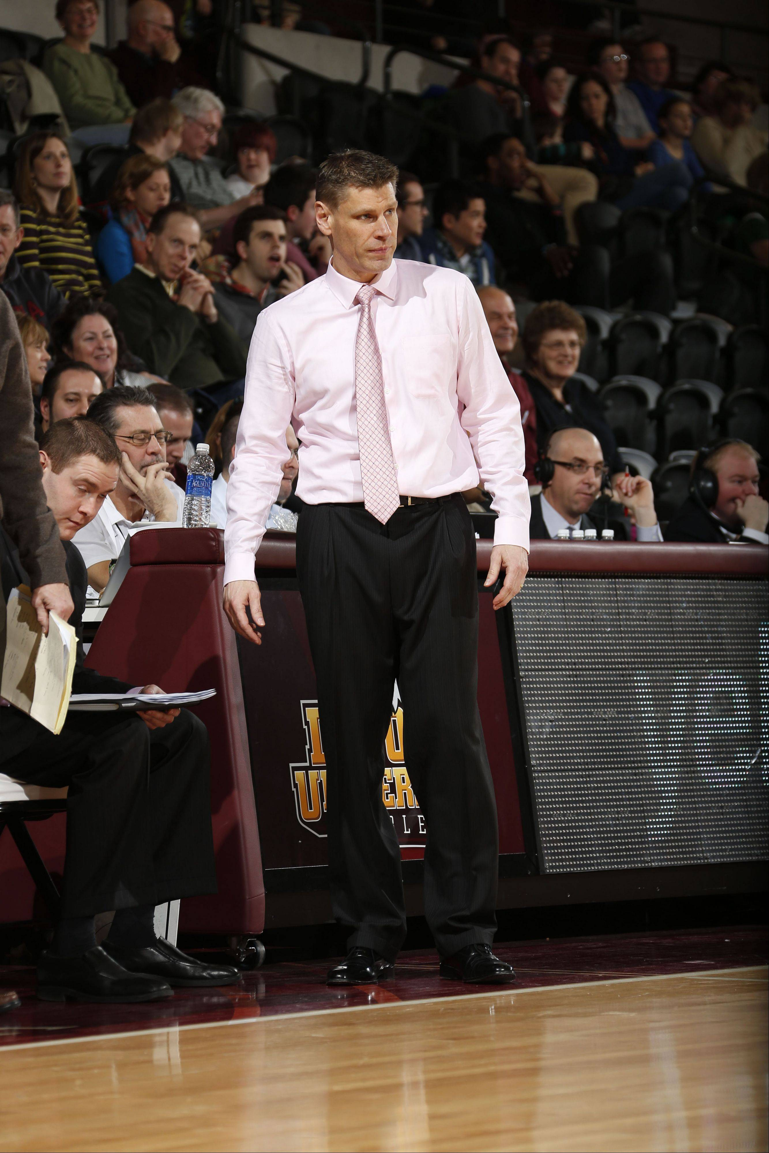 Loyola Ramblers men's basketball coach Porter Moser, who directed his team to 15 wins last season, has agreed to a contract extension with the university.