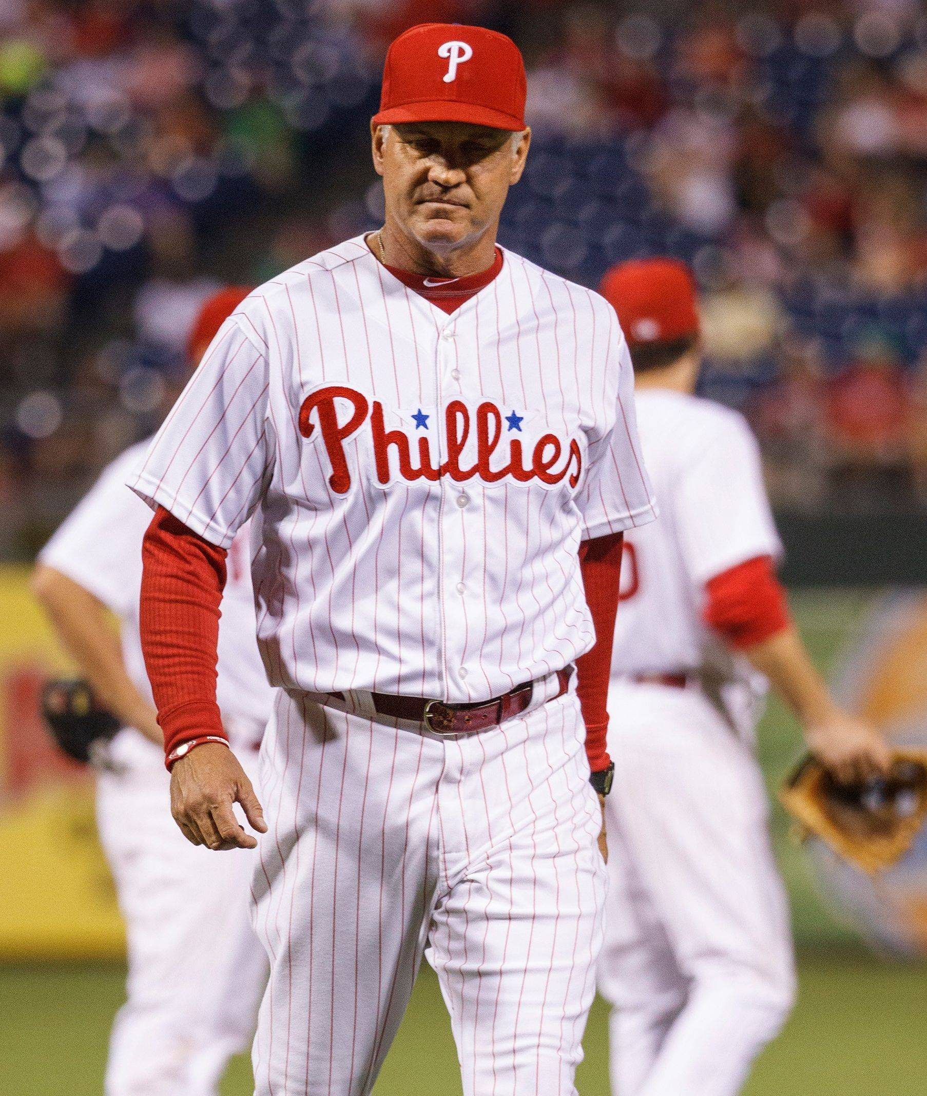 Ryne Sandberg heads back to the dugout after pulling Justin De Fratus for Cesar Jimenez during the ninth inning of the Phillies' 4-0 loss to the Dodgers on Friday.