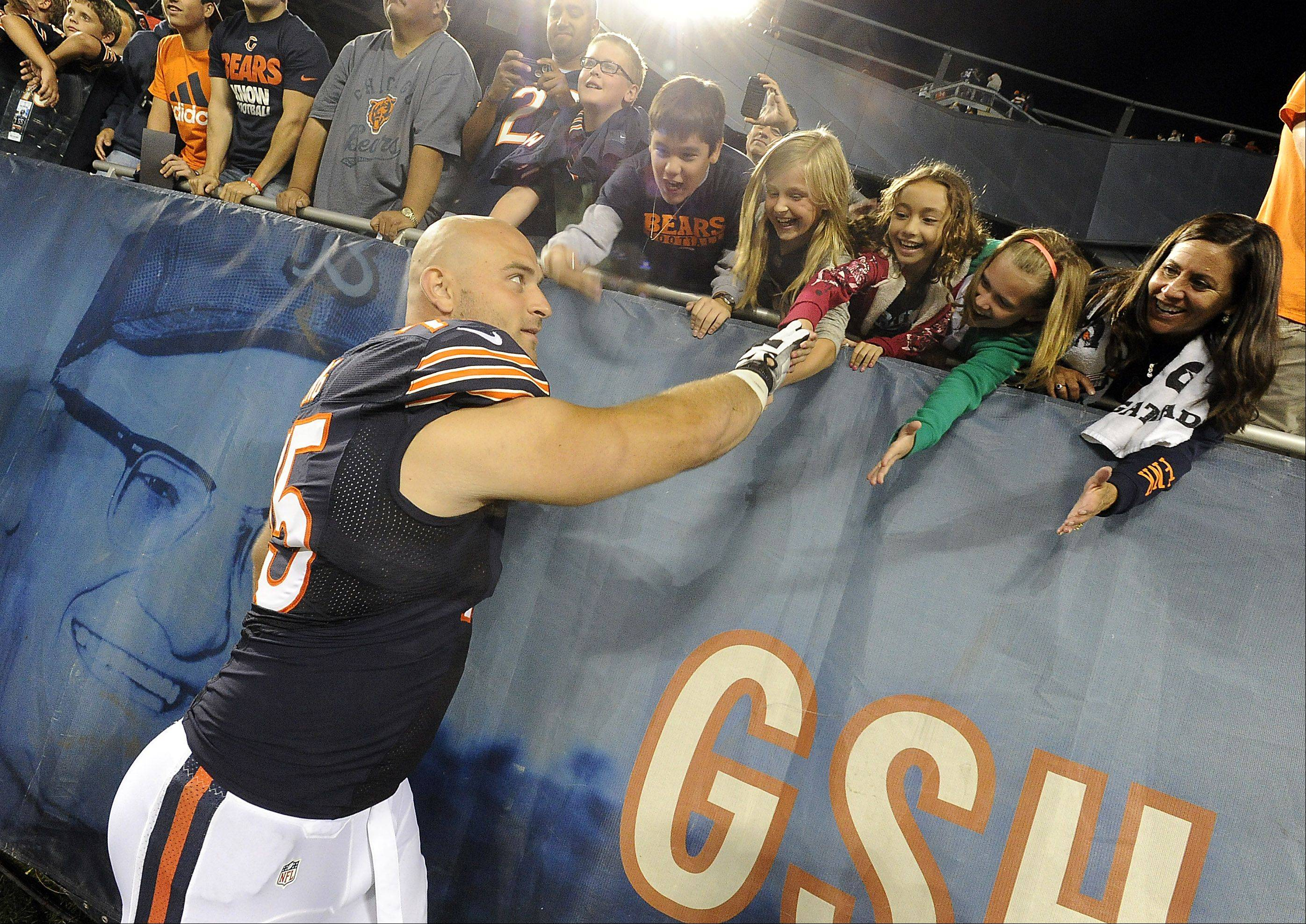 Mark Welsh/mwelsh@dailyherald.com ¬ Bears Kyle Long after the game thanks the fans.