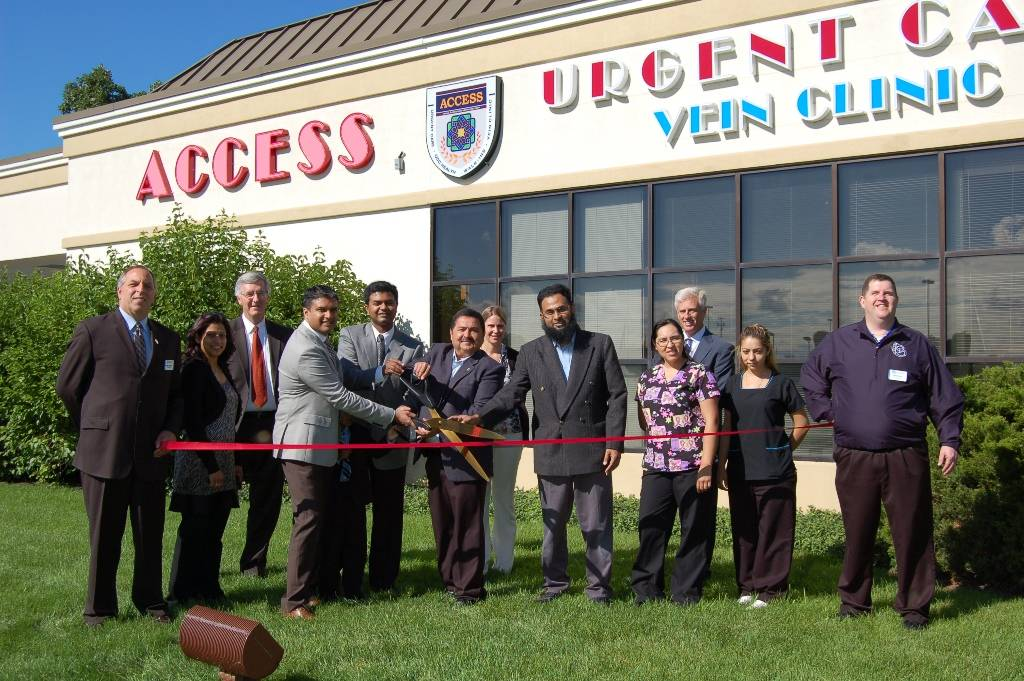 West Chicago Mayor Ruben Pineda, along with owners Vaseemudin Mohammad, MD, Fazal Mohammad, MD and Waji Mohammed, MD, cut the ceremonial grand opening ribbon during a recent open house at Access Urgent Care, a new, state-of-the-art healthcare facility offering a wide range of healthcare services to residents in West Chicago and surrounding communities.