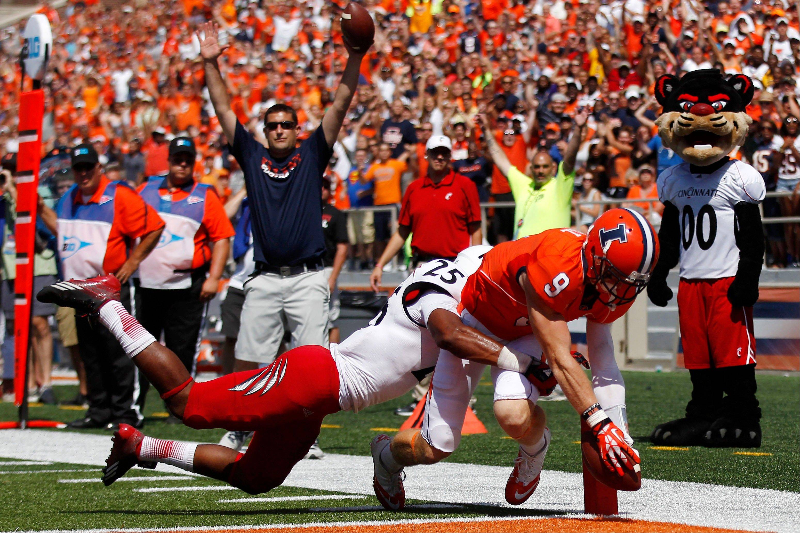 Illinois wide receiver Steve Hull cores a touchdown in front of Cincinnati safety Arryn Chenault during the second half of Saturday's game in Champaign.