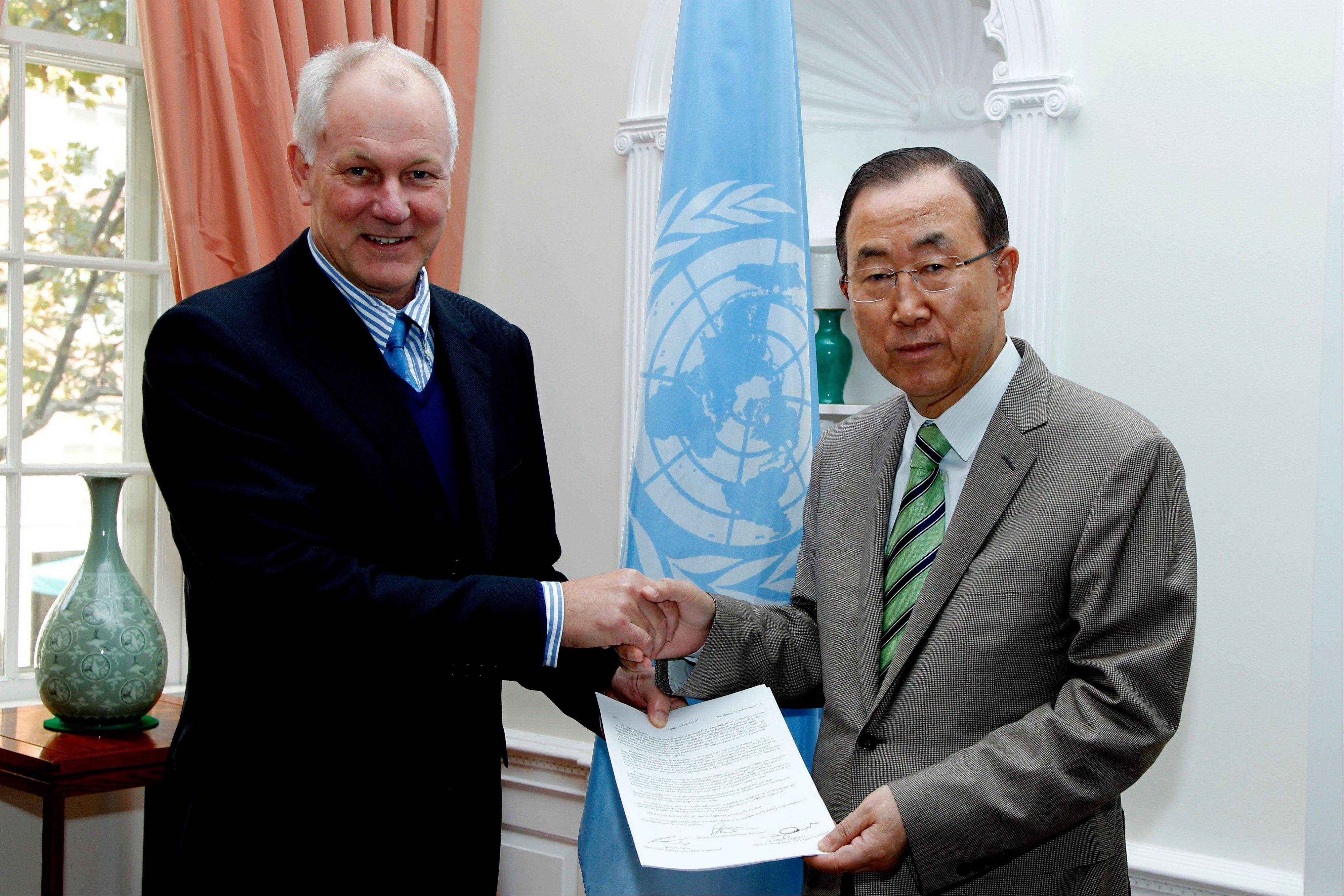 Professor Ake Sellstrom, head of the chemical weapons team working in Syria, hands over the report on the Al-Ghouta massacre to Secretary-General Ban Ki-moon Sunday.