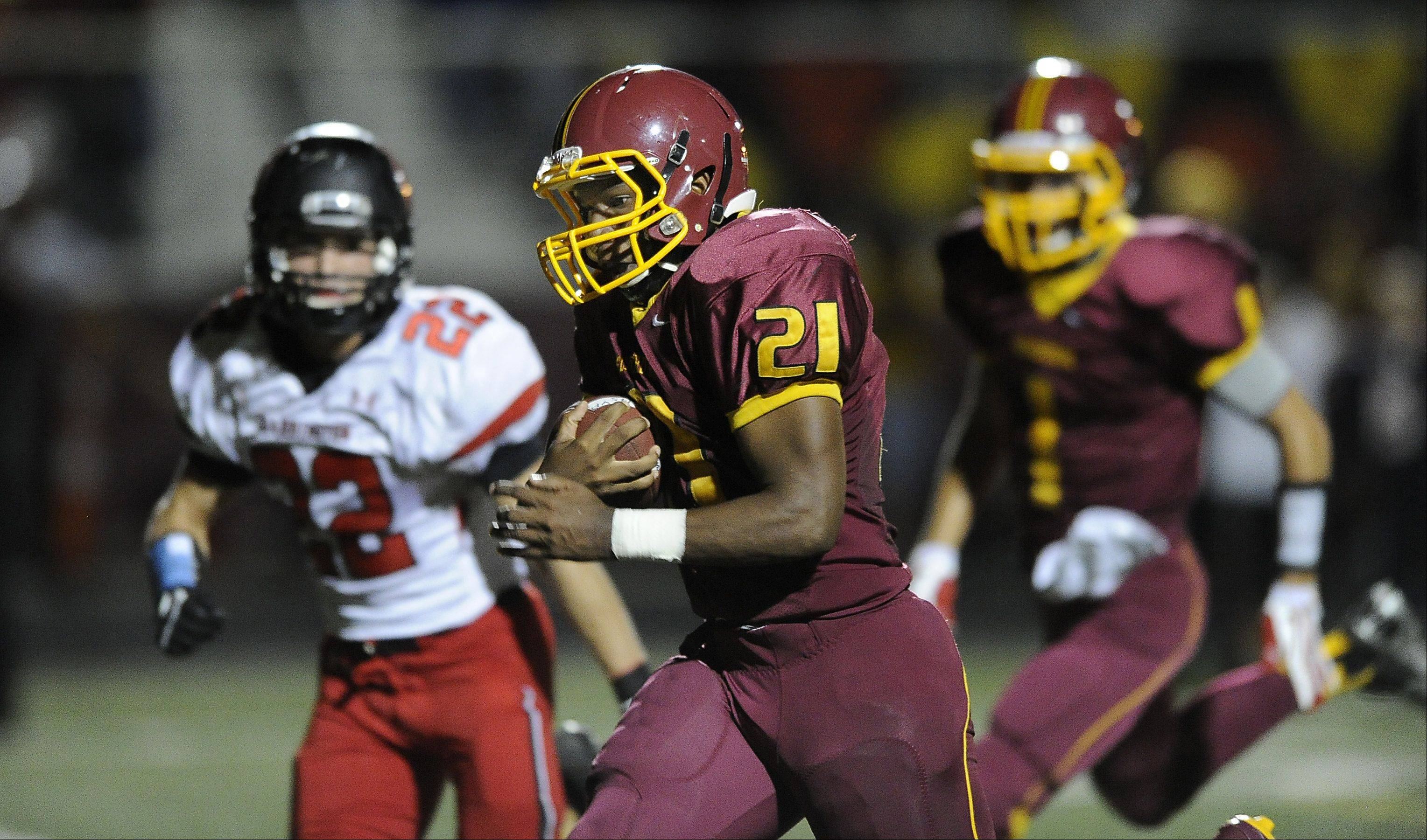 Schaumburg�s Justice Macneal-Young runs in his second touchdown of the game in the second quarter.
