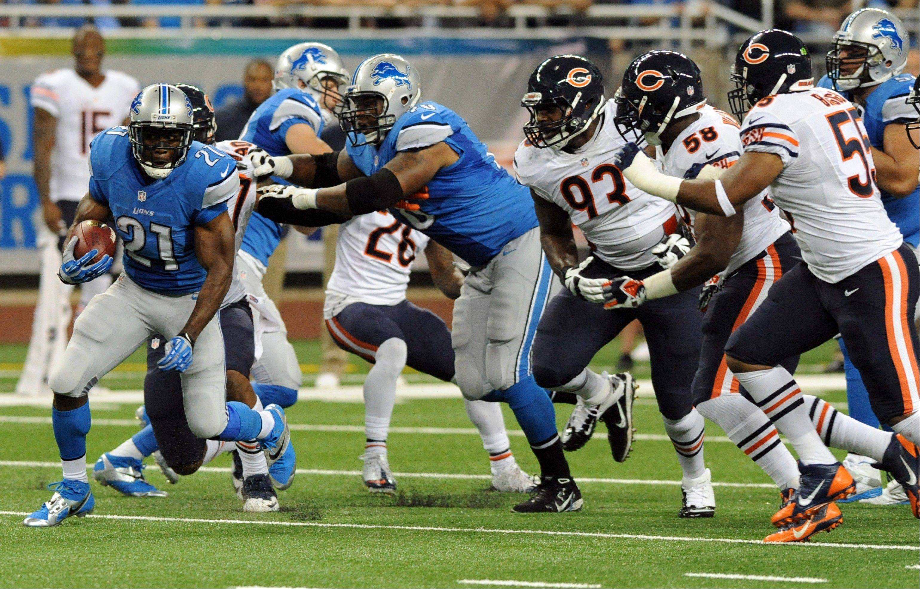 Detroit Lions running back Reggie Bush (21) rushes against the defense of the Chicago Bears during the first quarter.