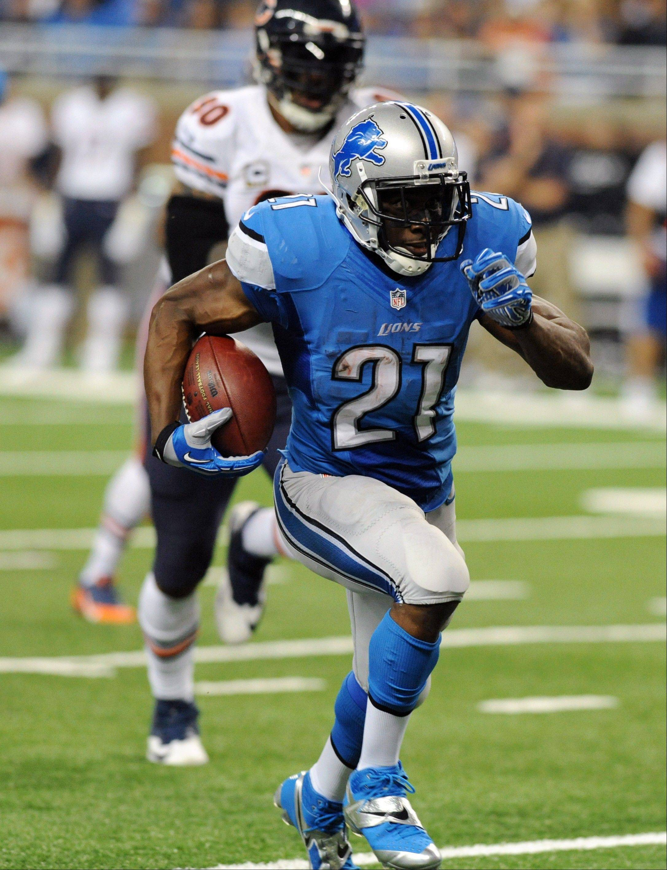 Detroit Lions running back Reggie Bush (21) runs for a 37-yard touchdown during the second quarter.