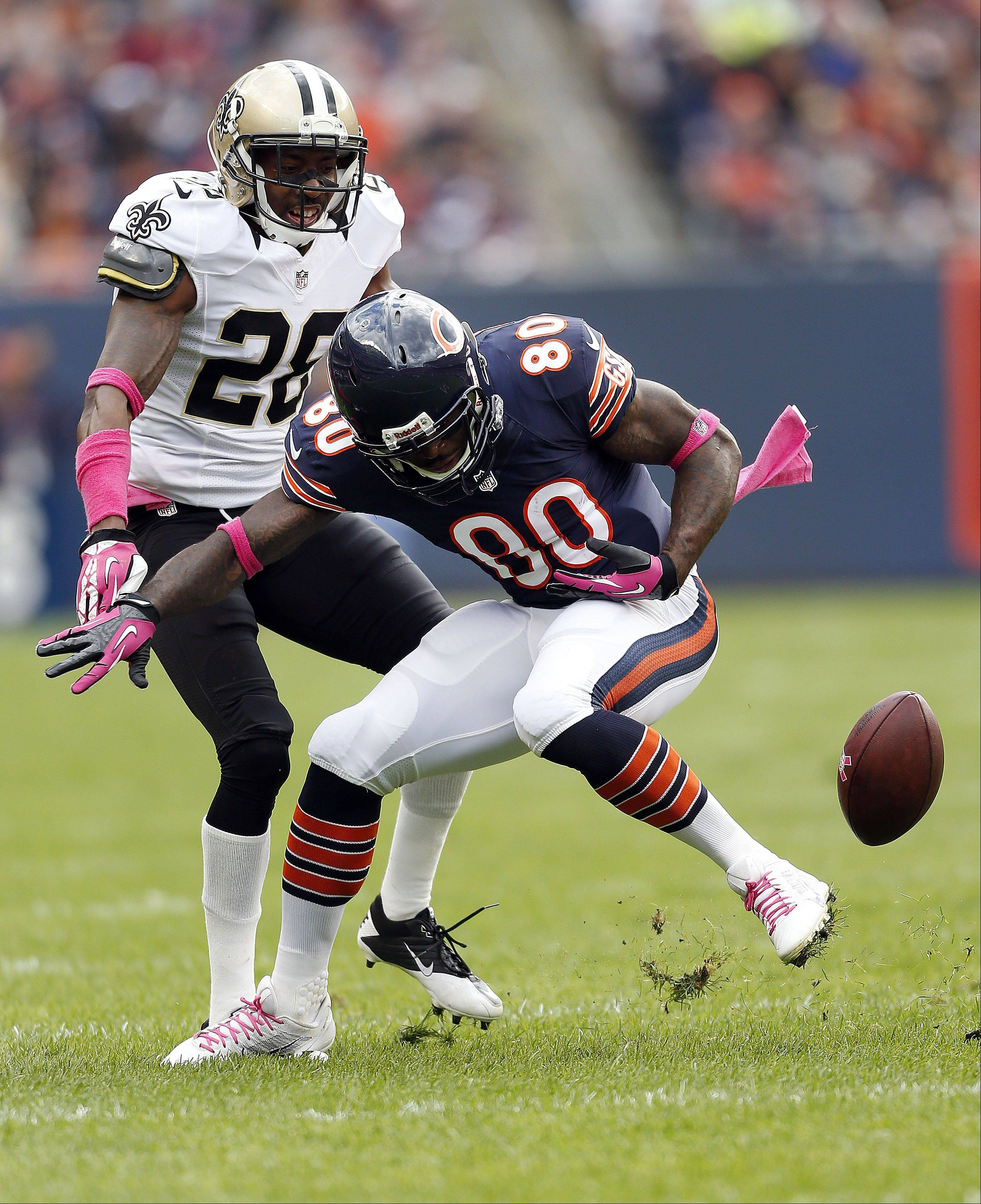 Chicago Bears wide receiver Earl Bennett drops a pass in the 4th quarter.