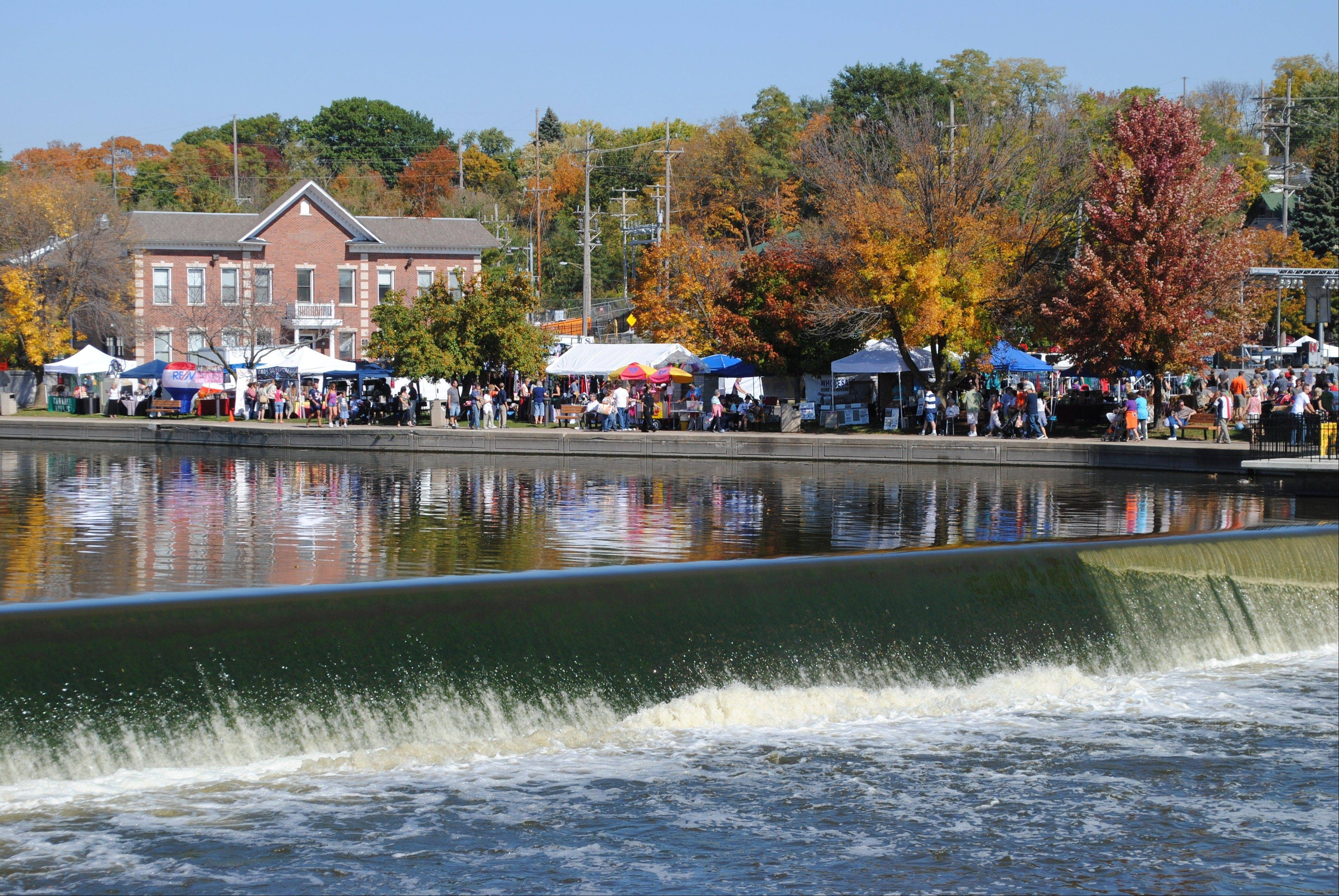 Scarecrow Fest is held on the banks of the Fox River. Traditionally, more than 150 scarecrows are entered in the contest. The St. Charles festival draws about 150,000 visitors each year to the city's downtown.