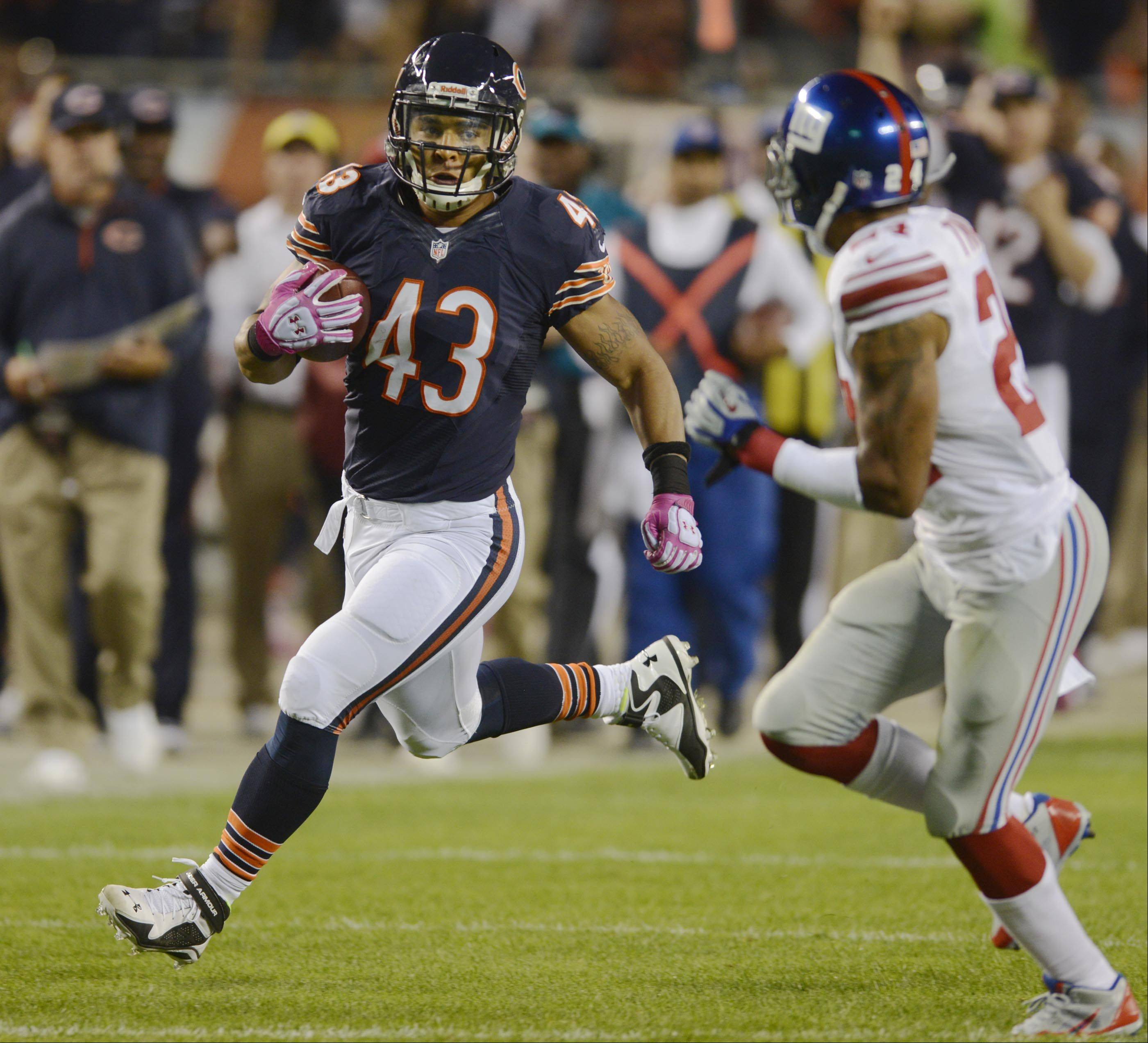 Chicago Bears running back Tony Fiammetta runs a screen pass for big yardage.