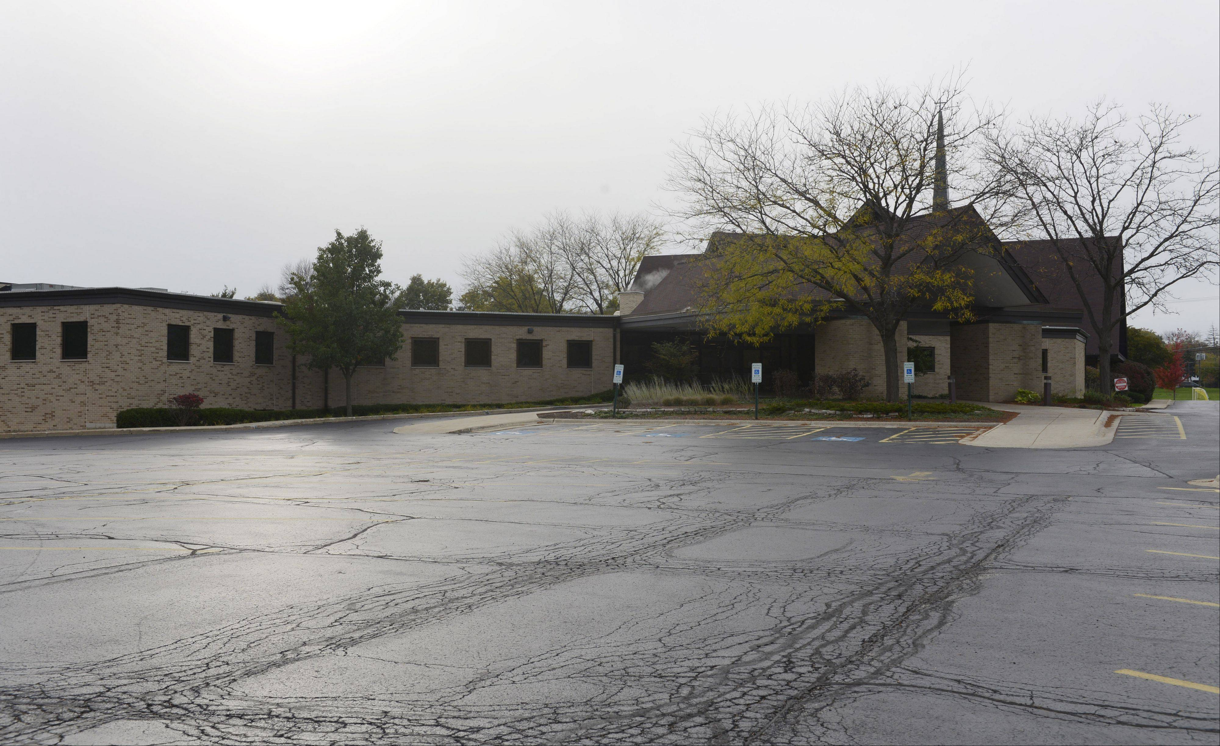 Arlington Heights Elementary School District 25 and Orchard Evangelical Free Church have reached a 10-year agreement to allow the church to use the parking lots of Olive-Mary Stitt Elementary and Thomas Middle schools to help alleviate the church's parking issues.