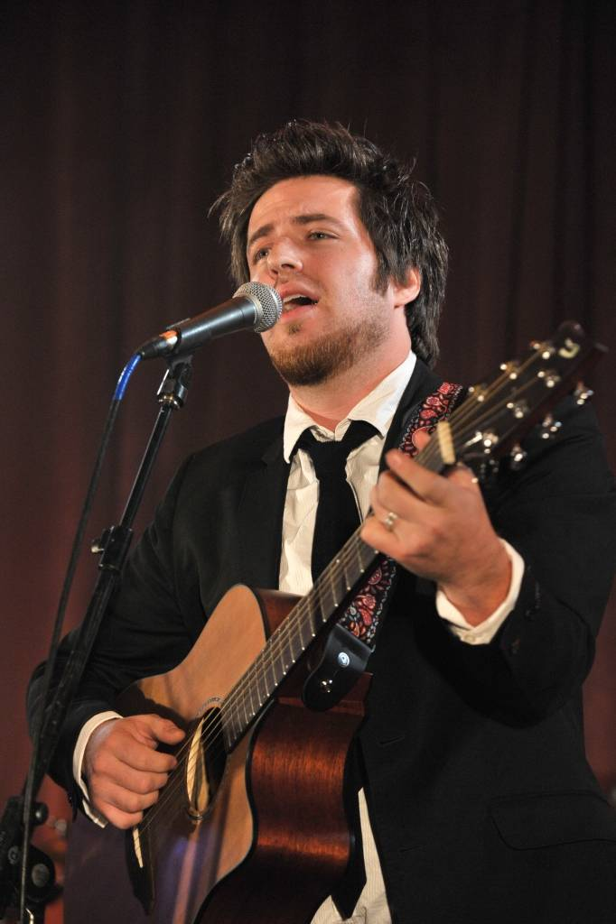Lee DeWyze to perform again at the annual Cures Gala charity event in Chicago to benefit the Gateway for Cancer Research.