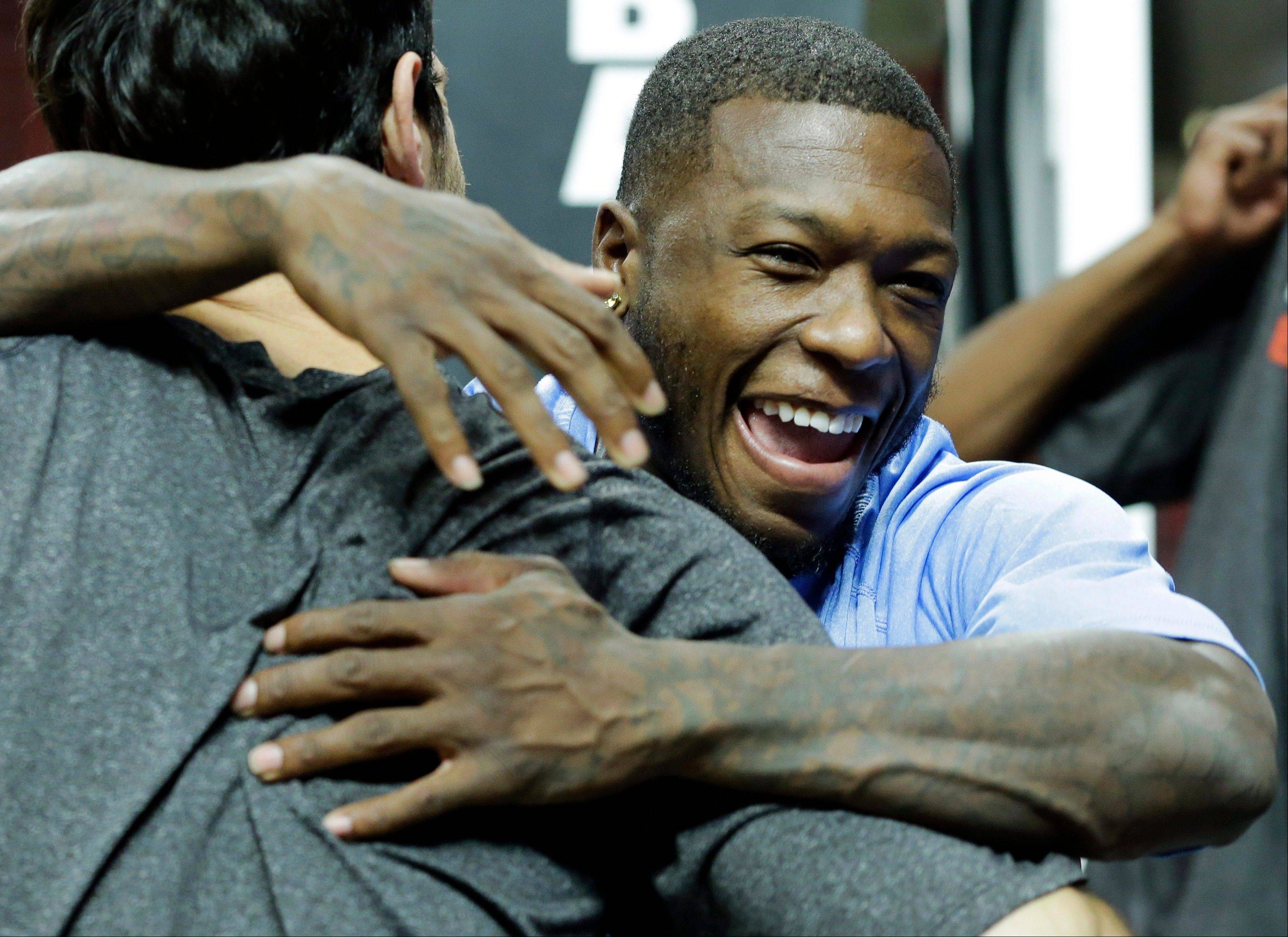 The Nuggets' Nate Robinson, right, hugs the Bulls' Kirk Hinrich on Friday. They were teammates on the Bulls last season.