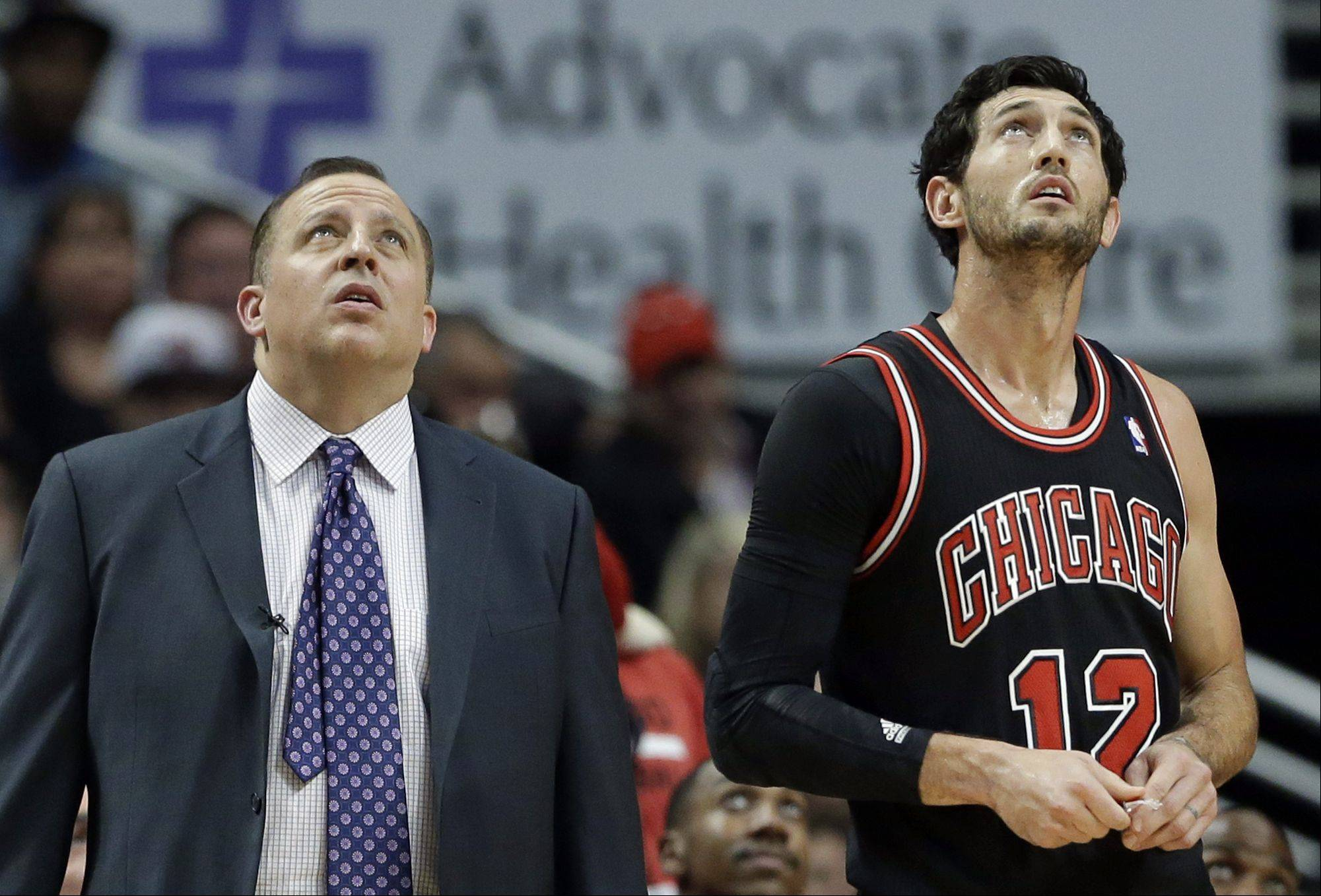 Chicago Bulls head coach Tom Thibodeau, left, and guard Kirk Hinrich look up at the big screen during the second half.