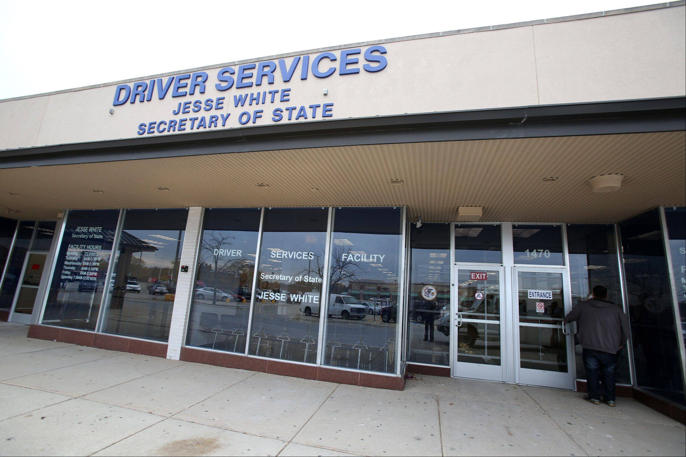 A new secretary of state driver services facility opened Tuesday at the Oak Leaf Commons strip mall in Des Plaines.