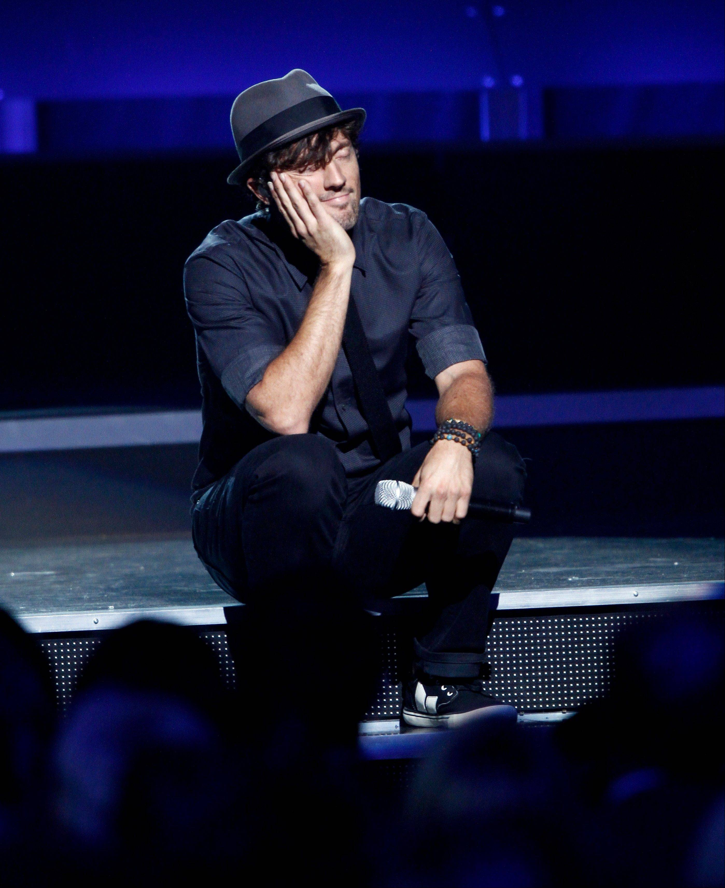 Jason Mraz performs