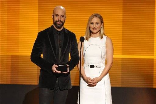 Chris Daughtry and Kristen Bell get ready to present an award (which would go to Taylor Swift) during the AMAs.