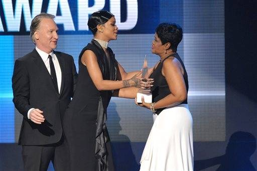Rihanna gets her Icon Award from her mother, Monica Braithwaite, and comedian and TV host Bill Maher.