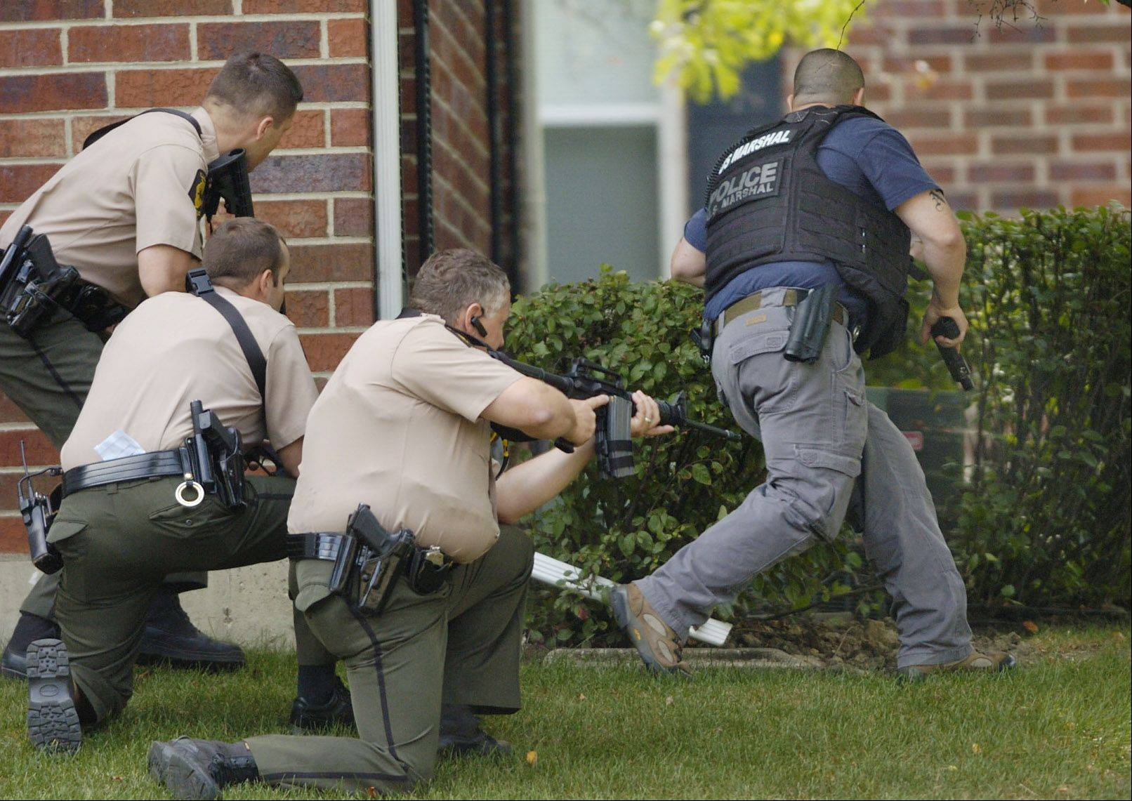 Police surround an apartment building in Arlington Heights during the 2009 search for escapee Robert Maday.