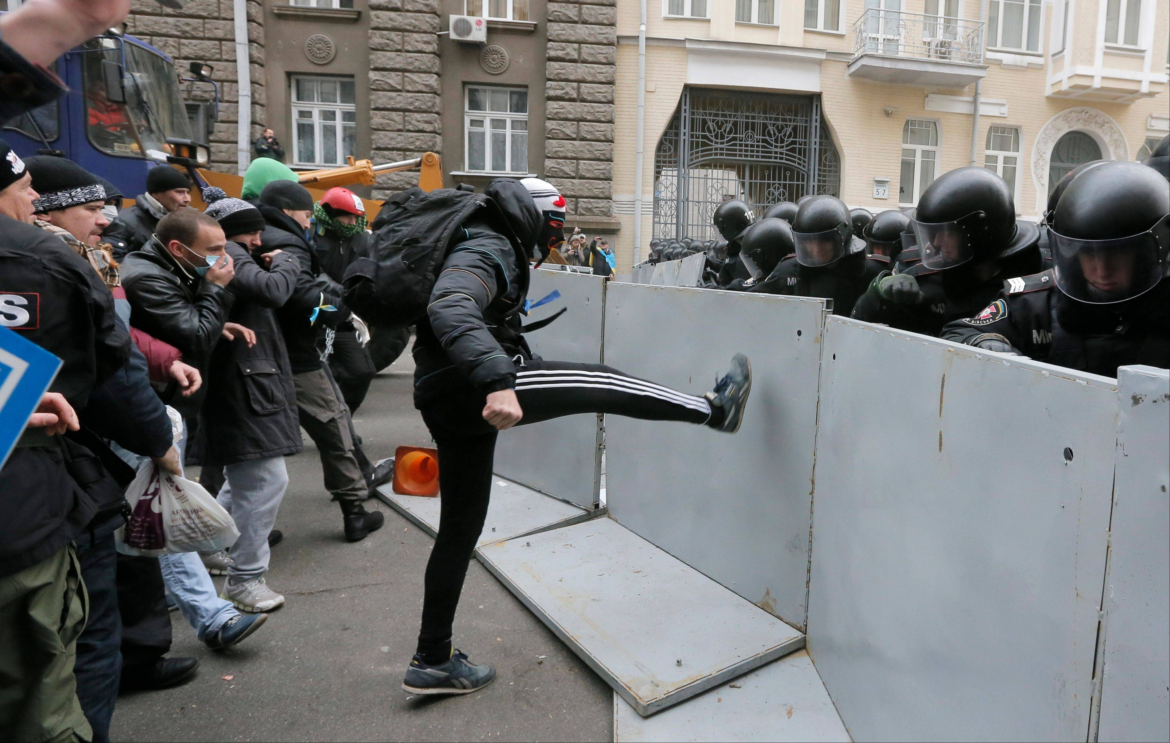 Protesters clash with police outside the presidential office in Kiev on Sunday. A protest by about 300,000 Ukrainians angered by their government�s decision to freeze integration with the West turned violent Sunday.