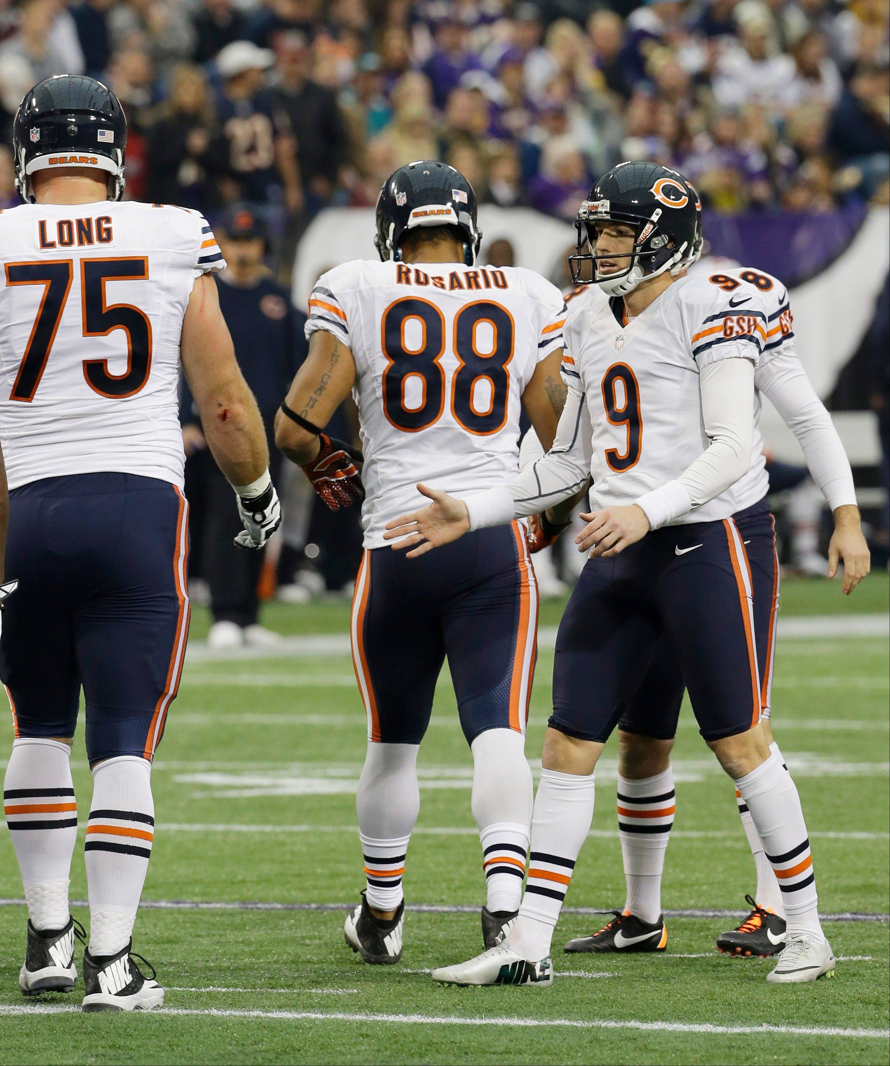 Chicago Bears kicker Robbie Gould (9) celebrates with teammates after kicking a 30-yard field goal during the first half