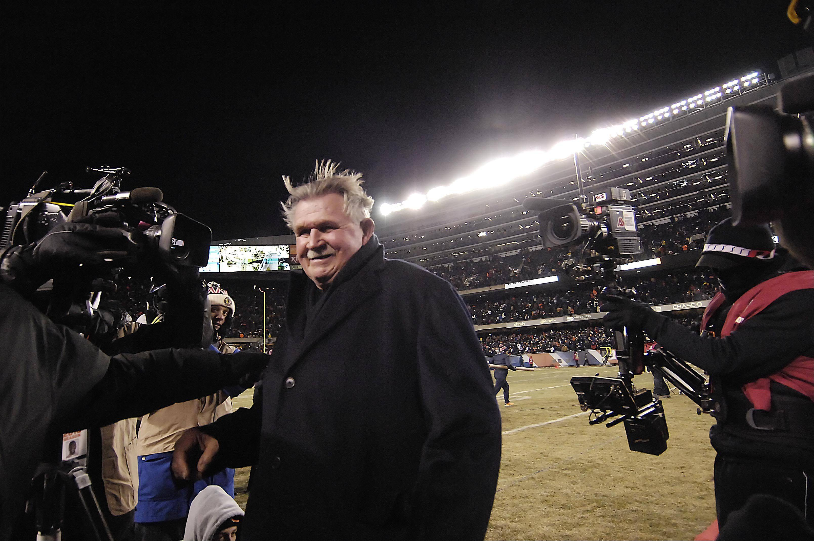 Former Chicago Bears head coach Mike Ditka smiles as he leaves the field.